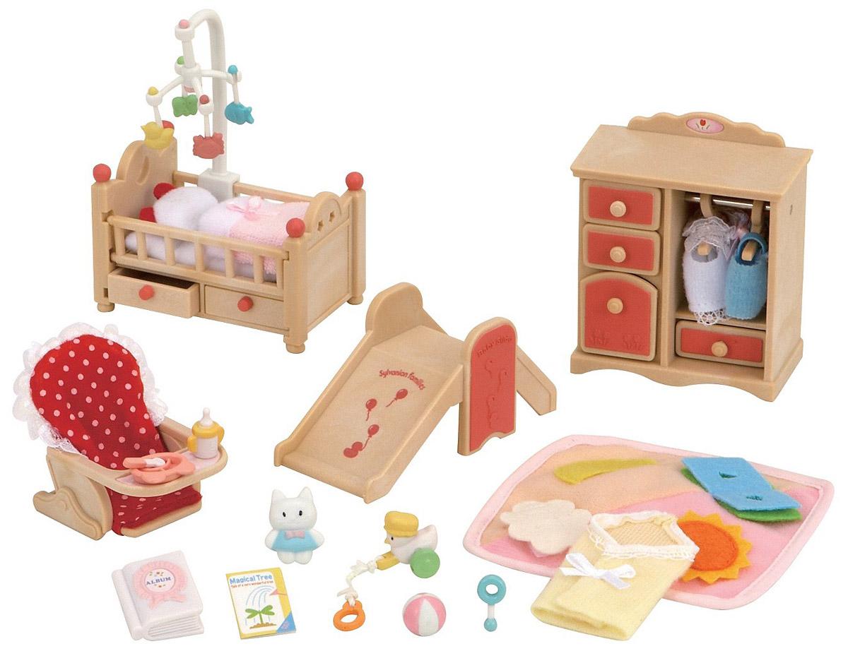 """Игровой набор """"Детская комната"""" привлечет внимание вашего ребенка и станет отличным подарком для поклонников жителей чудесной страны Sylvanian Families. В комплект входит кроватка с игрушкой-мобилем, шкаф, горка, стульчик для кормления, посуда, игрушки и одежда. Фигурки в комплект не входят! Компания была основана в 1985 году, в Японии. """"Sylvanian Families"""" очень популярен в Европе и Азии, и, за долгие годы существования, компания смогла добиться больших успехов. 3 года подряд в Англии бренд """"Sylvanian Families"""" был признан """"Игрушкой Года"""". Сегодня у героев """"Sylvanian Families"""" есть собственное шоу, полнометражный мультфильм и сеть ресторанов, работающая по всей Японии. """"Sylvanian Families"""" - это целый мир маленьких жителей, объединенных общей легендой. Жители страны """"Sylvanian Families"""" - это кролики, белки, медведи, лисы и многие другие. У каждого из них есть дом, в котором есть все необходимое для счастливой жизни. В городе, где живут герои, есть школа,..."""
