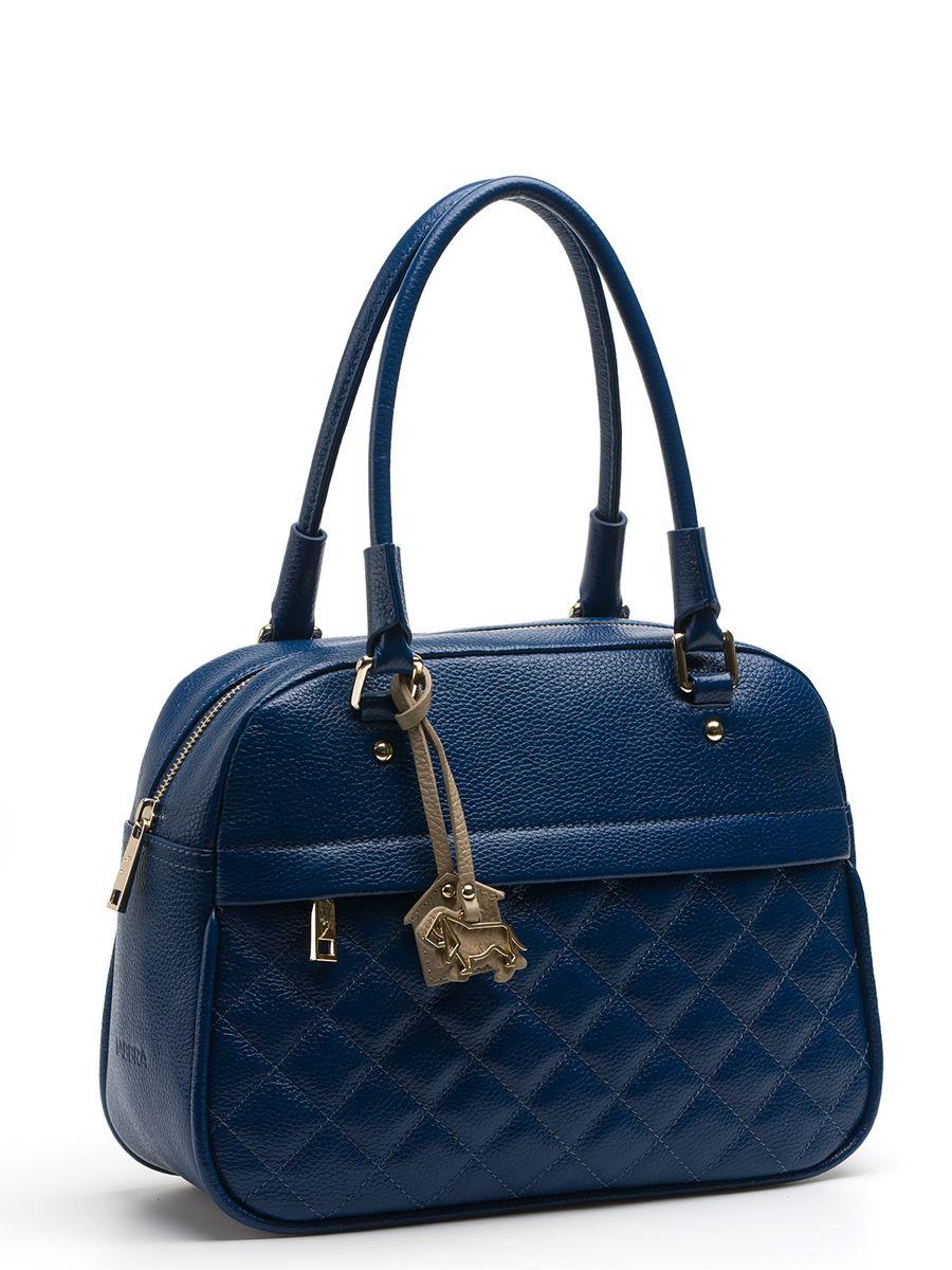 Сумка женская Labbra, цвет: синий. L-DA81323BA7426Стильная женская сумка Labbra выполнена из натуральной кожи с зернистой фактурой, дополнена золотистой фурнитурой и подвеской в виде символики бренда. Спереди модель отделана декоративной прострочкой. Сумка имеет вместительное основное отделение и скрытый карман на молнии на внешней стороне изделия. Внутри имеется прорезной карман на застежке-молнии и два открытых пришивных кармана для телефона и мелочей. Сумка оснащена небольшими металлическими ножками, которые будут предохранять ее дно от преждевременного износа, трения о твердые поверхности, а также от загрязнения.Прилагается фирменный текстильный чехол для хранения.Роскошная сумка внесет элегантные нотки в ваш образ и подчеркнет ваше отменное чувство стиля.
