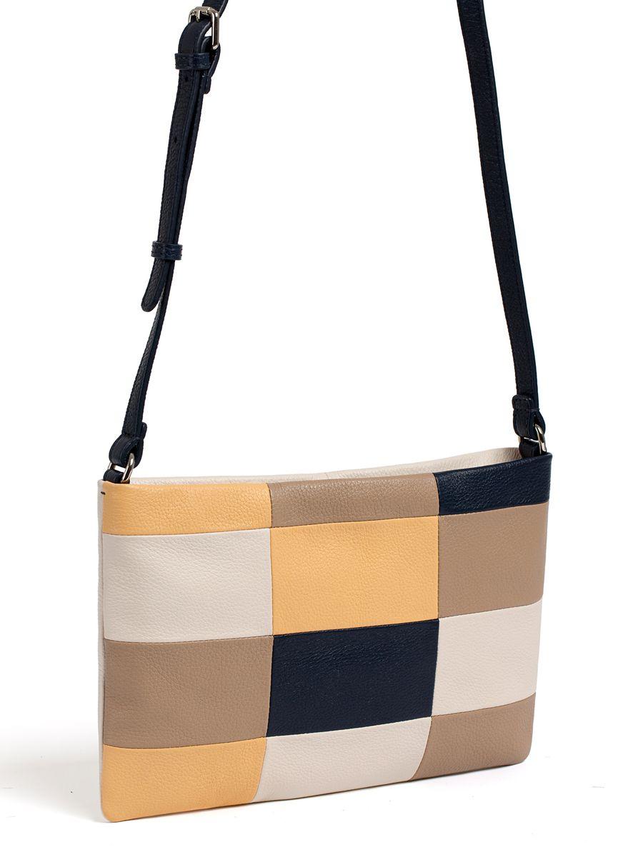 Сумка женская Pimo Betti, цвет: серо-бежевый, темно-бежевый, темно-синий. 13817B2-W22582-1белыеМодная женская сумка Pimo Betti выполнена из натуральной кожи. Изделие имеет одно отделение, которое закрывается застежку-молнию. Внутри сумки находятся прорезной карман на застежке-молнии и два накладных открытых кармана. Снаружи, на задней стенке расположен прорезной карман на застежке-молнии. Сумка оснащена регулируемым наплечным ремнем.