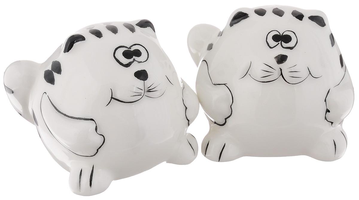Набор для специй Elan Gallery Забавные коты, 2 предмета550003Великолепный набор Elan Gallery Забавные коты состоит из перечницы и солонки, изготовленных из керамики.Емкости для специй просты в использовании: стоит только перевернуть емкости, и вы с легкостью сможете поперчить или добавить соль по вкусу в любое блюдо.Этот набор оригинального дизайна и безукоризненного качества станет украшением вашего стола, а благодаря своим небольшим размерам он не займет много места на вашей кухне.Не использовать в микроволновой печи. Не рекомендуется применять абразивные моющие средства.Размер солонки и перечницы: 7,5 х 7,5 х 6,5 см.