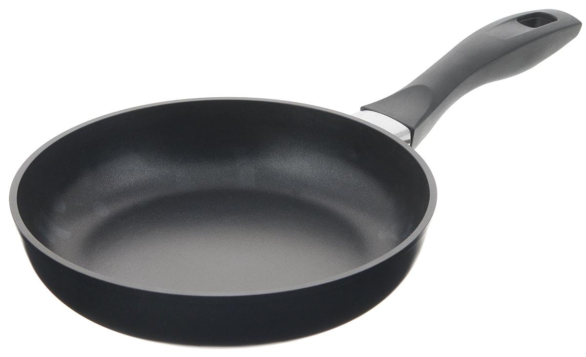 Сковорода Биол, с антипригарным покрытием. Диаметр 22 см. 2213ПFS-91909Сковорода Биол выполнена из литого алюминия с утолщенным дном и оснащена удобной бакелитовой ручкой. Благодаря внутреннему антипригарному эко-покрытию пища не пригорает и не прилипает к стенкам. Готовить можно с минимальным количеством масла и жиров. Гладкая поверхность обеспечивает легкость ухода за посудой. Посуда равномерно распределяет тепло и обладает высокой устойчивостью к деформации, легкая и практичная в эксплуатации. Подходит для использования на электрических, газовых и стеклокерамических плитах. Не подходит для индукционных плит. Можно мыть в посудомоечной машине. Диаметр сковороды: 22 см. Высота стенки: 5 см. Длина ручки: 18,5 см.
