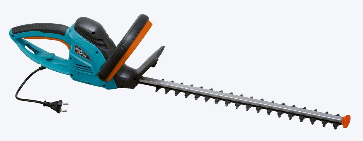 Кусторез Gardena EasyCut, электрический, длина 46 см09831-20.000.00Кусторез Gardena EasyCut - легкие электрические ножницы, которые прекрасно подходят для удобной стрижки небольших изгородей. Благодаря рукоятке эргономичной формы ножницы удобно лежат в руке. Большая кнопка запуска позволяет легко и безопасно включить инструмент в любой ситуации. Оптимизированная геометрия лезвий гарантирует эффективную, быструю и чистую обрезку. Кроме того, она обеспечивает плавность работы при низком уровне вибрации и дает возможность прилагать меньше усилий.Электрические ножницы для живой изгороди оснащены мощным высокопроизводительным двигателем для энергичной и продолжительной обрезки в один прием - без застреваний и остановок. Gardena заботится о Вашей безопасности.Щиток на конце лезвия оберегает пользователя от отдачи при обрезке близко к поверхности земли и защищает лезвие от повреждений. Механизм разгрузки натяжения кабеля предотвращает случайное отсоединение удлинителя.Длина ножей: 48 cм.