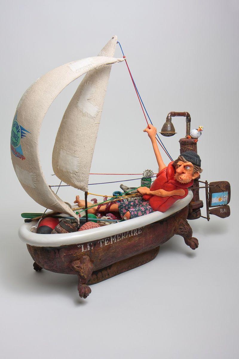 Статуэтка Gillermo Forchino Эй, на Корабле! Коллекция Форчино28907 4Биллу было ужасно скучно на работе. Его единственным спасением было чтение романов о море и пиратах. Его героями были Сандокан, Черная Борода, Джек Воробей и моряк Попай. Однажды он решил построить необыкновенную яхту из старой ванны, ржавых труб и ветхих простыней. С криком Эй, на корабле!, он вышел в открытое море, чтобы совершить кругосветное путешествие: его мечта стать корсаром становилась реальностью. Не прошло и пяти минут, как его превосходное судно коснулось дна. Но Билл был далек от отчаяния, он снял с мели яхту и с криком Поднять паруса! снова бросился покорять морские просторы.