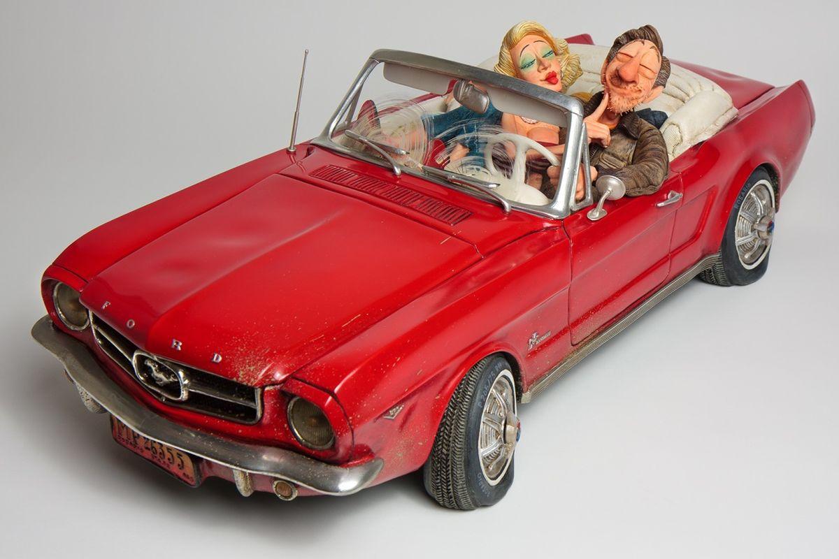 Статуэтка Gillermo Forchino Форд Мустанг 6512723Благодаря своему новому классическому Форду Мустанг, Чарли был уверен, что красивая Эллен примет его приглашение прокатиться к скалам, вдоль побережья - идеальное место для соблазнения. Он припаркует машину у берега и обнимет Эллен за плечи. Молодая женщина будет смотреть на него с нежностью, и они будут обмениваться страстными поцелуями. С момента Большого Взрыва не было во вселенной ничего впечатляющего, чем то, что Чарли чувствовал в тот момент. Ярко-красный след от поцелуя Эллен на его щеке был лучшим трофеем, который он мог бы показать своим друзьям. Плюс ко всему, красный идеально сочетался с цветом его кабриолета, а также был цветом формы его любимой футбольной команды. Идеальный день.
