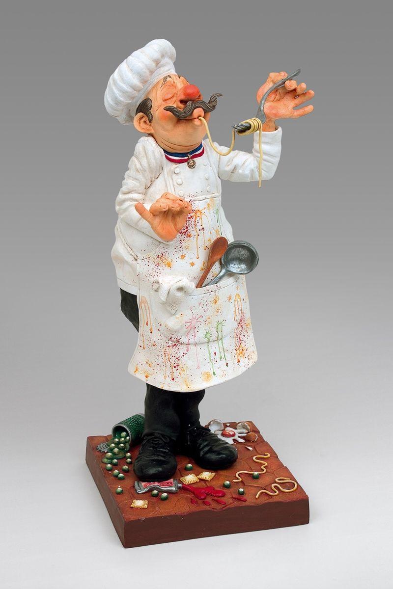 Статуэтка Gillermo Forchino Повар26218«Миланезе Наполитен - один - на стол номер пять!» - крикнул официант в направлении кухни, где известный повар Родолфо Монти дегустировал блюдо по своему известному во всем мире рецепту «Спагетти Путанеска с соусом из жгучей крапивы».«М-м-м… восхитительно, божественно, потрясающее, несравненно!..» - воскликнул в экстазе повар, как только длинный хвост спагетти, аль денте с шумом исчез у него во рту.«Лазанья а ля болонез - две - на стол номер семь!» - снова закричал главный официант.«Подождите, я же не машина!» - сказал маэстро, продолжая ковырять свою, уже шестую по счету, порцию спагетти с капающим соусом.«Хм-м-м…, это изысканно, исключительно!..» - повар не мог остановиться и продолжал набивать свой рот, макая ломоть хлеба в божественный соус и вытирая свои усы рукавом.