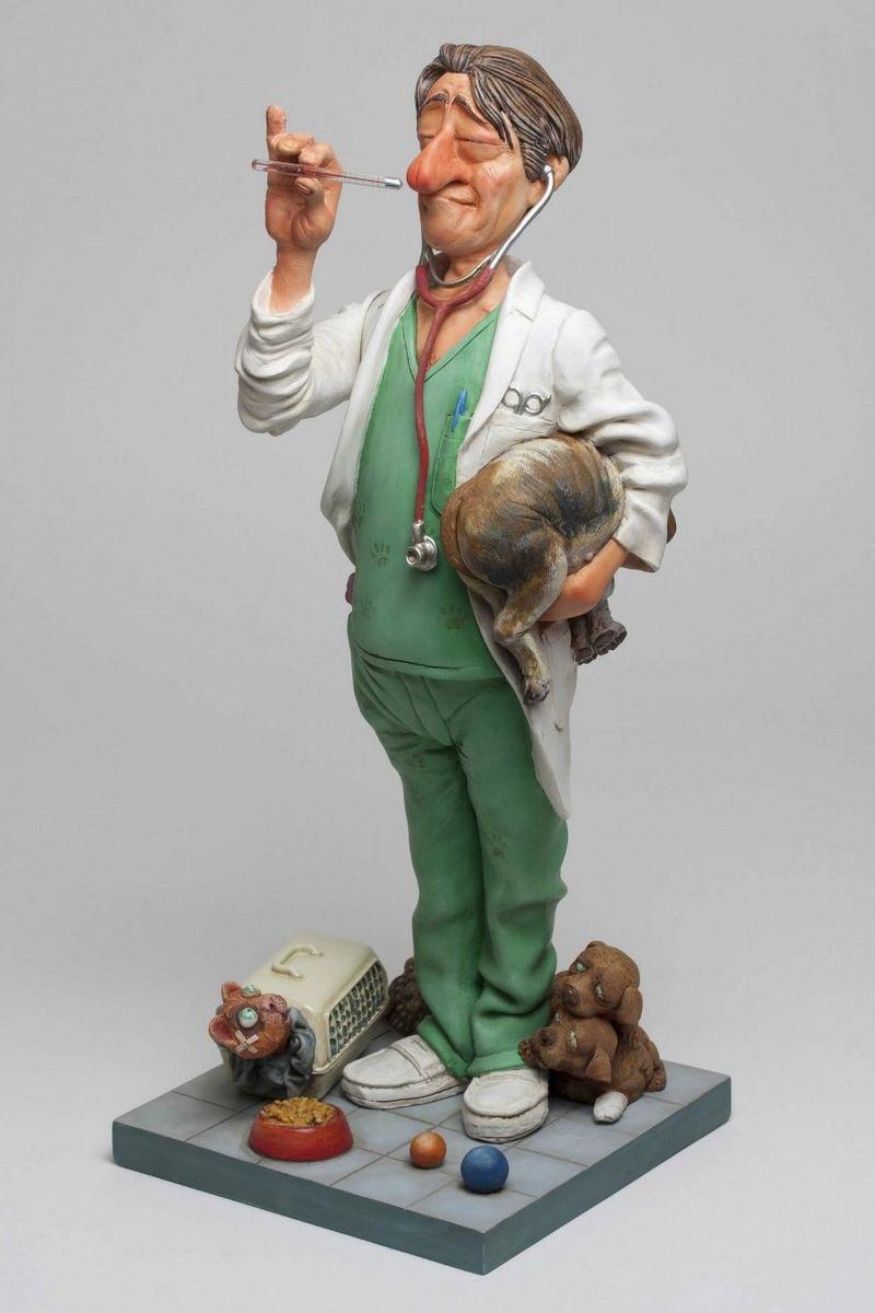Статуэтка Gillermo Forchino ВетеринарFS-80299«Нет, нет и нет!» - пронзительно кричал доктор Эдгардо Чино своему ассистенту в клинике «Счастливый питомец». – «Я уже сказал тебе нет!.. Я лечу только живых зверей. Скажи этому ребенку, чтобы он отнес своего мишку в магазин игрушек и…» , - когда вдруг дверь отворилась и в кабинет, плача, вошла маленькая девочка, держа в руках медвежонка с распоротым животом. Она ласково посмотрела на доктора и сказала: «Пожалуйста, доктор, Вы можете его спасти?» Доктор воздел глаза к небу, вздохнул, взял в руки медвежонка и, погладив девочку по голове, сказал: «Я считаю, что это особый случай. Давай посмотрим, что мы можем сделать.» Он взял маленькую иголку и хирургическую нить и аккуратно зашил не только живот, но и лапу, ухо и хвост. На всю операцию потребовалось полчаса и пациент стал выглядеть, как новенький. «Работа успешно завершена» - сказал ветеринар, возвращая девочке медвежонка. «Доктор, - сказал ребенок, - а теперь не могли бы Вы помочь еще и Паките?» Девочка опустила руку в карман и достала оттуда совершенно расплющенного червяка.