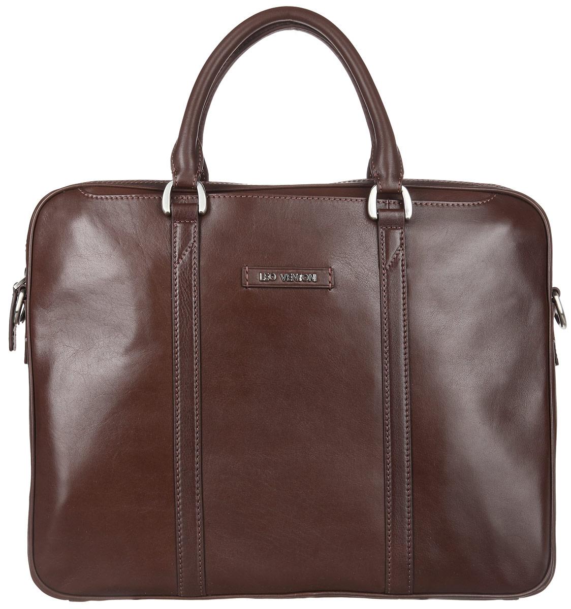 Сумка мужская Leo Ventoni, цвет: коричневый. 030023863-47670-00504Стильная мужская сумка Leo Ventoni выполнена из натуральной гладкой кожи и закрывается на металлическую застежку-молнию. Внутренняя часть изделия выполнена из текстиля и натуральной кожи. Отделение сумки содержит боковой мягкий карман с хлястиком на липучке для планшета, врезной карман на пластиковой молнии, два прорезных кармана и два держателя для шариковых ручек. На передней и задней стенках изделия расположены глубокие прорезные открытые карманы. Сумка декорирована металлической надписью логотипа бренда и прострочками. Изделие оснащено удобными ручками для переноски. Прилагается наплечный ремень, регулируемой длины и фирменный текстильный чехол для хранения.Функциональная мужская сумка Leo Ventoni станет стильным аксессуаром для делового мужчины.