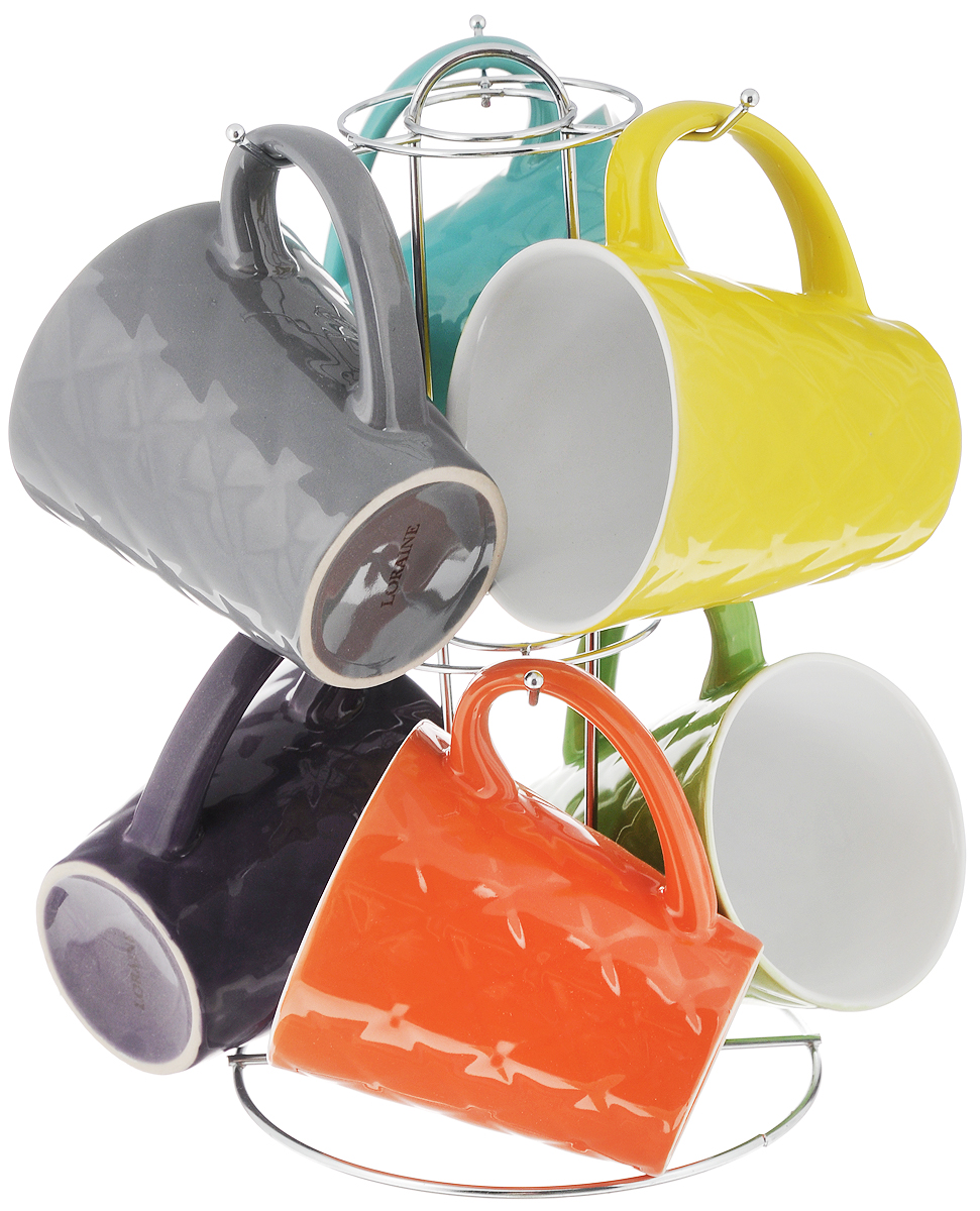Набор кружек Loraine, 7 предметов23137Набор Loraine состоит из 6 разноцветных кружек и подставки. Кружки выполнены из высококачественной керамики и очень удобны в использовании. Для компактного хранения предусмотрена металлическая подставка. Такой набор стильно дополнит интерьер кухни, он станет отличным подарком к любому случаю. Можно использовать в микроволновой печи и мыть в посудомоечной машине. Объем кружки: 342 мл. Диаметр кружки (по верхнему краю): 9 см. Высота кружки: 10 см. Размер подставки: 15,5 х 15,5 х 27 см.