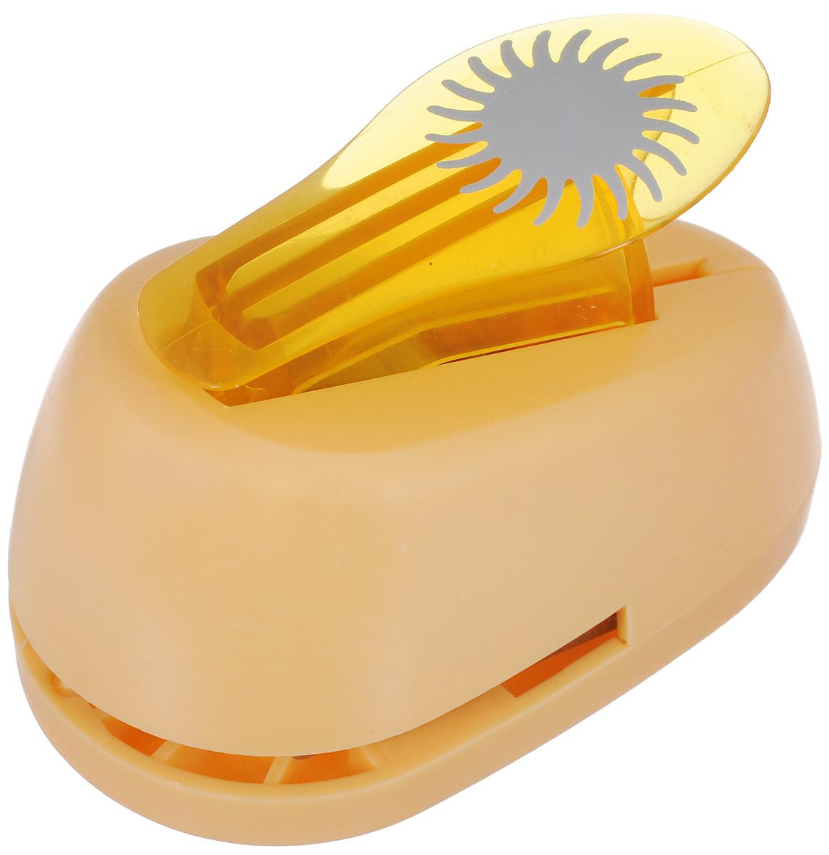 Дырокол фигурный Hobbyboom Солнце-василек, №88, цвет: оранжевый, 2,5 смFS-00897Дырокол фигурный Hobbyboom Солнце-василек, выполненный из прочного пластика и металла, используется в скрапбукинге для украшения открыток, карточек, коробок и многого другого.Применяется для прорезания фигурных отверстий в бумаге. Вырезанный элемент также можно использовать для украшения.При применении на бумаге большей плотности или на картоне дырокол быстро затупится. Чтобы заточить нож компостера, нужно прокомпостировать самую тонкую наждачную бумагу. Предназначен для бумаги плотностью от 80 до 200 г/м2. Размер дырокола: 8 х 5 х 5,5 см.Размер готовой фигурки: 2,5 х 2,5 см.