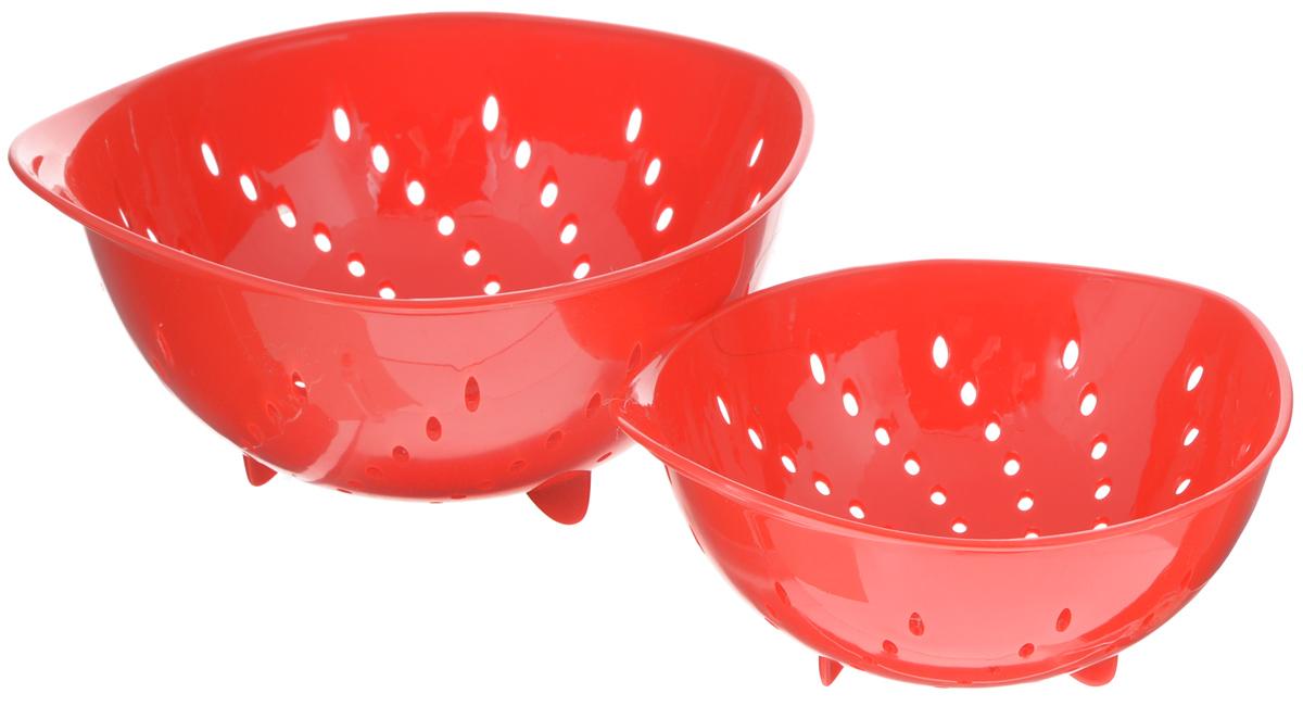 Набор дуршлагов Tescoma Presto Tone, цвет: красный, 2 шт115510Набор Tescoma Presto Tone состоит из двух дуршлагов разных размеров. Изделия выполнены из высокопрочного пищевого пластика, оснащены ножками и ручкой. Дуршлаги отлично подходят для удобного ополаскивания, мытья и стекания мелких овощей и фруктов, сцеживания отварных макаронных изделий, картофеля и т.п. Пригодны для мытья в посудомоечной машине. Размер малого дуршлага: 19 х 16 х 9 см.Размер большого дуршлага: 23 х 21 х 11,5 см.