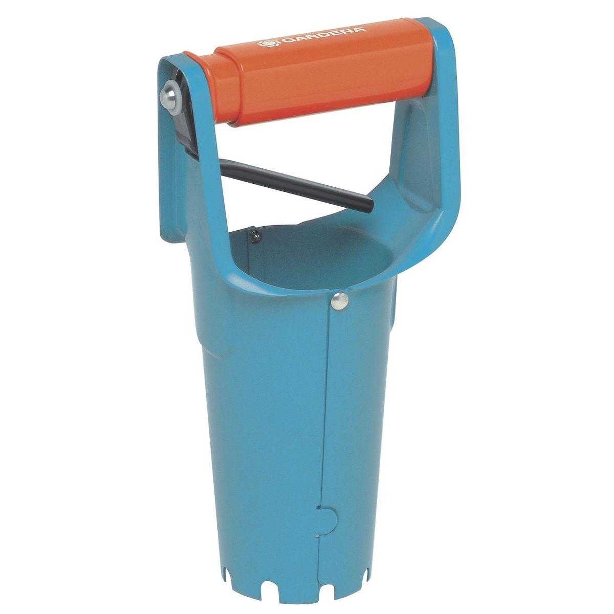 Сажалка для луковиц GardenaBH0119-RСажалка для луковиц Gardena изготовлена из высококачественной стали и предназначена для выкапывания лунки, точно по размеру луковицы. Сажалка удобна в применении благодаря устройству, позволяющему вынимать грунт и высыпать его обратно. Сажалка для луковиц имеет шкалу глубины посадки.