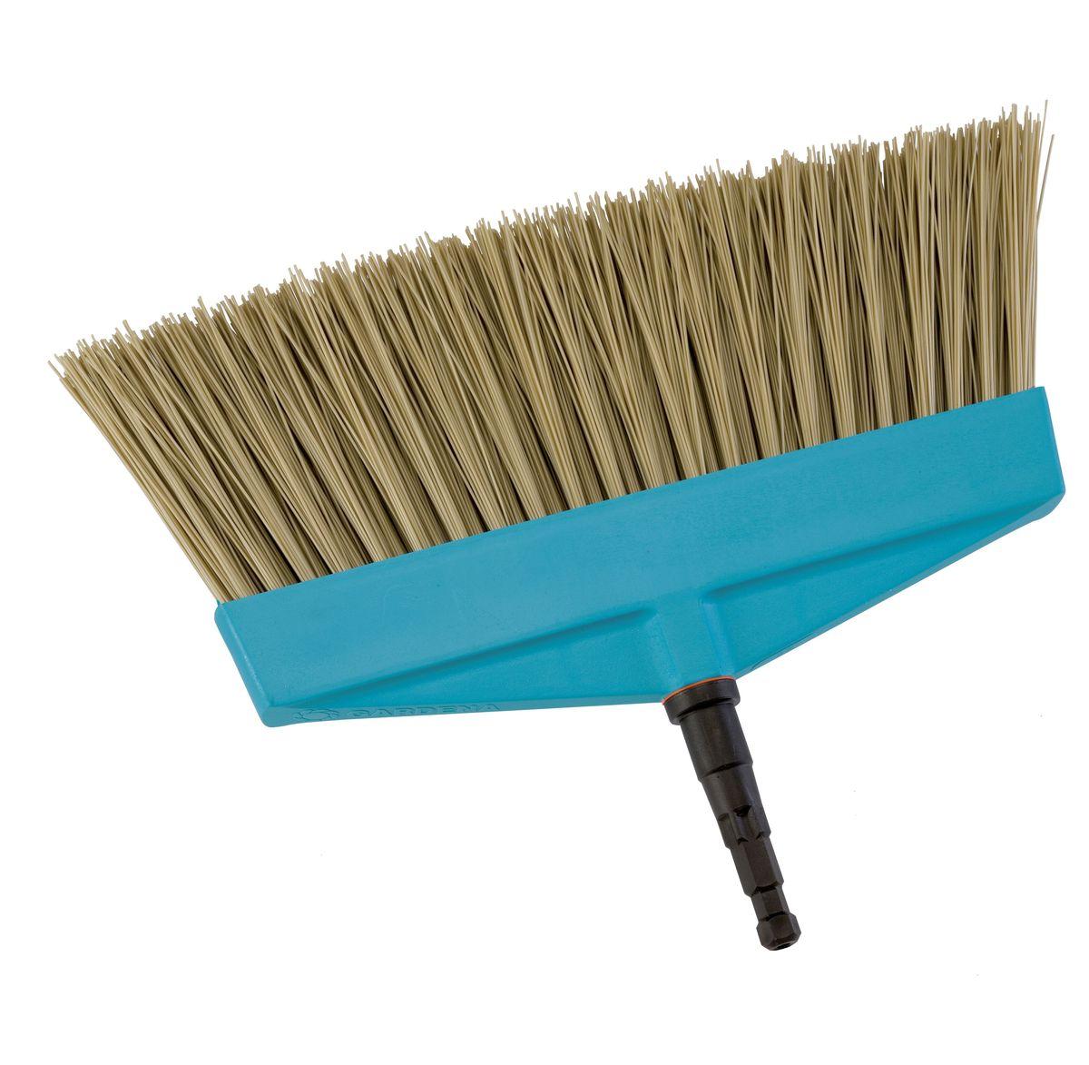 Щетка для террас Gardena, без ручкиC0042416Щетка для террас Gardena представляет собой идеальный инструмент для уборки во внутреннем дворике или на балконе. Высококачественный пластиковый корпус с прочной гибкой щетиной из полипропилена позволяет достигнуть оптимальных результатов уборки. Щетка может использоваться с любой ручкой, однако рекомендуется использовать ручку длиной 130 см, в зависимости от роста пользователя. Рабочая ширина щетки - 32 см.