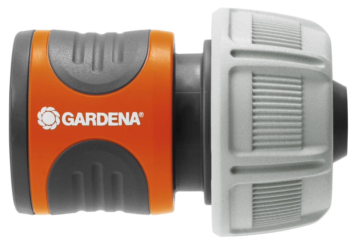 Коннектор стандартный Gardena, 19 мм (3/4)А00319Коннектор стандартный Gardena легко снимается, если его потянуть на себя. Поверхность из мягкого рифленого пластика коннектора позволяет удобно и крепко удерживать инструмент в руке. Коннектор снабжен резиновым кольцом, обеспечивающим защиту от повреждений. Новая форма зажимной гайки позволяет прочно зафиксировать коннектор со шлангом. Коннектор предназначен для шлангов диаметром 19 мм (3/4).