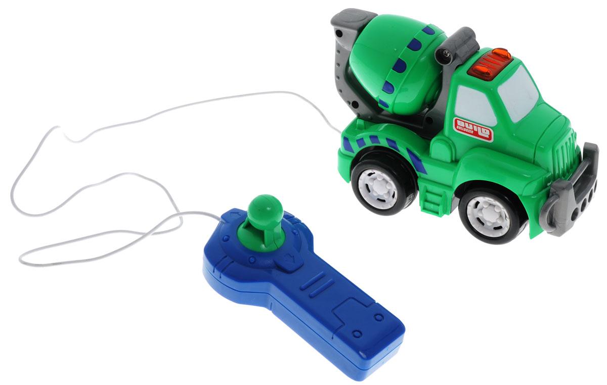 """Бетономешалка на дистанционном управлении """"Keenway"""" послужит хорошим подарком мальчику, любящему играть в машинки. Пульт дистанционного управления соединен с машиной проводом и имеет маленький джойстик с двумя направлениями движения, вперед и назад соответственно. При движении машинки у нее на крыше загорается специальный фонарь, предупреждая других участников движения о том, что самосвал может перевозить опасные грузы и ему необходимо уступить дорогу. Управляя машиной при помощи пульта дистанционного управления, ребенок познакомится с такими понятиями как причина и следствие. Игрушка выполнена из качественных материалов, а конструкция устроена таким образом, что не способна принести вред вашему ребенку. Рекомендуется докупить 2 батарейки напряжением 1,5V типа АА (товар комплектуется демонстрационными)."""