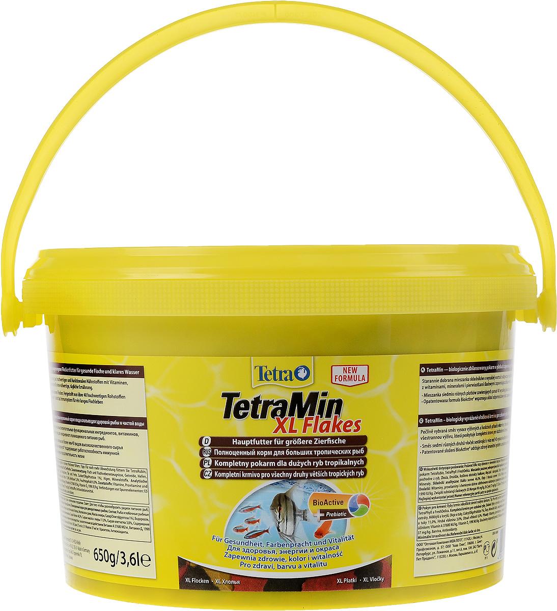 Корм Tetra TetraMin. XL Flakes для больших тропических рыб, крупные хлопья, 3,6 л (650 г)0120710Корм Tetra TetraMin. XL Flakes - это биологически сбалансированный корм в виде хлопьев, предназначенный для больших тропических декоративных рыб. Тщательно подобранная смесь высокопитательных функциональных ингредиентов, витаминов, минералов и микроэлементов для ежедневного полноценного питания рыб. С хлопьями TetraMin ваши рыбки питаются безопасным кормом в виде хлопьев, подходящим по размеру для больших рыб. Смесь семи разных видов хлопьев из более чем 40 видов высококачественного сырья легко усваивается рыбами. Исключительное свойство хлопьев плавать и медленно погружаться в воду обеспечивает оптимальное поглощение корма разными видами рыб. Запатентованная БиоАктив-формула поддерживает работоспособность иммунной системы, обеспечивая высокую продолжительность жизни. Корм содержит пребиотики для улучшенного функционирования организма и усвоения питательных веществ. При регулярном кормлении TetraMin сокращается концентрация нитратов, и улучшается качество воды. Кормить несколько раз в день небольшими порциями. Состав: рыба и побочные рыбные продукты, зерновые культуры, дрожжи, экстракты растительного белка, моллюски и раки, масла и жиры, сахар (олигофруктоза 1%), водоросли, минеральные вещества. Аналитические компоненты: сырой белок 46%, сырые масла и жиры 11%, сырая клетчатка 3%, влага 6%. Добавки: витамины, провитамины и химические вещества с аналогичным воздействием: витамин А 37680 МЕ/кг, витамин Д3 1990 МЕ/кг. Комбинации микроэлементов: Е5 марганец 96 мг/кг, Е6 цинк 57 мг/кг, Е1 железо 37 мг/кг. Красители, антиоксиданты. Товар сертифицирован.