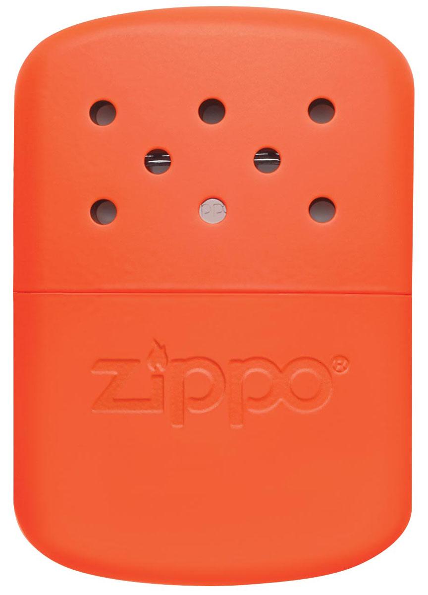 Каталитическая грелка Zippo. 40378PGPS7797CIS08GBNVКаталитическая бензиновая грелка для рук. Удобная и компактная, легко помещается в кармане или перчатке. Непрерывная работа возможна в течении более 12 часов. Будет полезна туристам, охотникам, рыболовам, тем, чья работа связана с долгим пребыванием на холоде. Грелка Zippo Blaze Orange выделяет тепло путем каталитического горения. Пары топлива проходят через каталитический патрон, где окисляются кислородом – происходит беспламенное горение. Полной заправки хватает более чем на 12 часов работы (у грелок с новым катализатором фактически более 24 часов). Катализатор – стекловолокно, покрытое тонким слоем платины. Для заправки настоятельно рекомендуется специальное очищенное топливо Zippo, так как использование обычного бензина быстро загрязнит катализатор, приведя его в негодность. Грелка Zippo имеет небольшой размер, что позволяет хранить ее в любом кармане или перчатке. Корпус грелки нагревается до 70° C, поэтому держать ее необходимо, предварительно поместив в чехол. Экологически безопасна, практически не выделяет запаха. В комплект входят мерный стаканчик-наполнитель для заправки и специальный защитный чехол. Чтобы привезти грелку Zippo в рабочее состояние необходимо:снять катализатор;заправить грелку топливом;одеть катализатор на грелку;хорошенько прогреть катализатор (одетый на грелку) на открытом огне в течении 10-15 секунд. После чего начнется каталитическое горение похожее на тление (хорошо заметно в темноте). До полного выгорания топлива затушить катализатор невозможно!