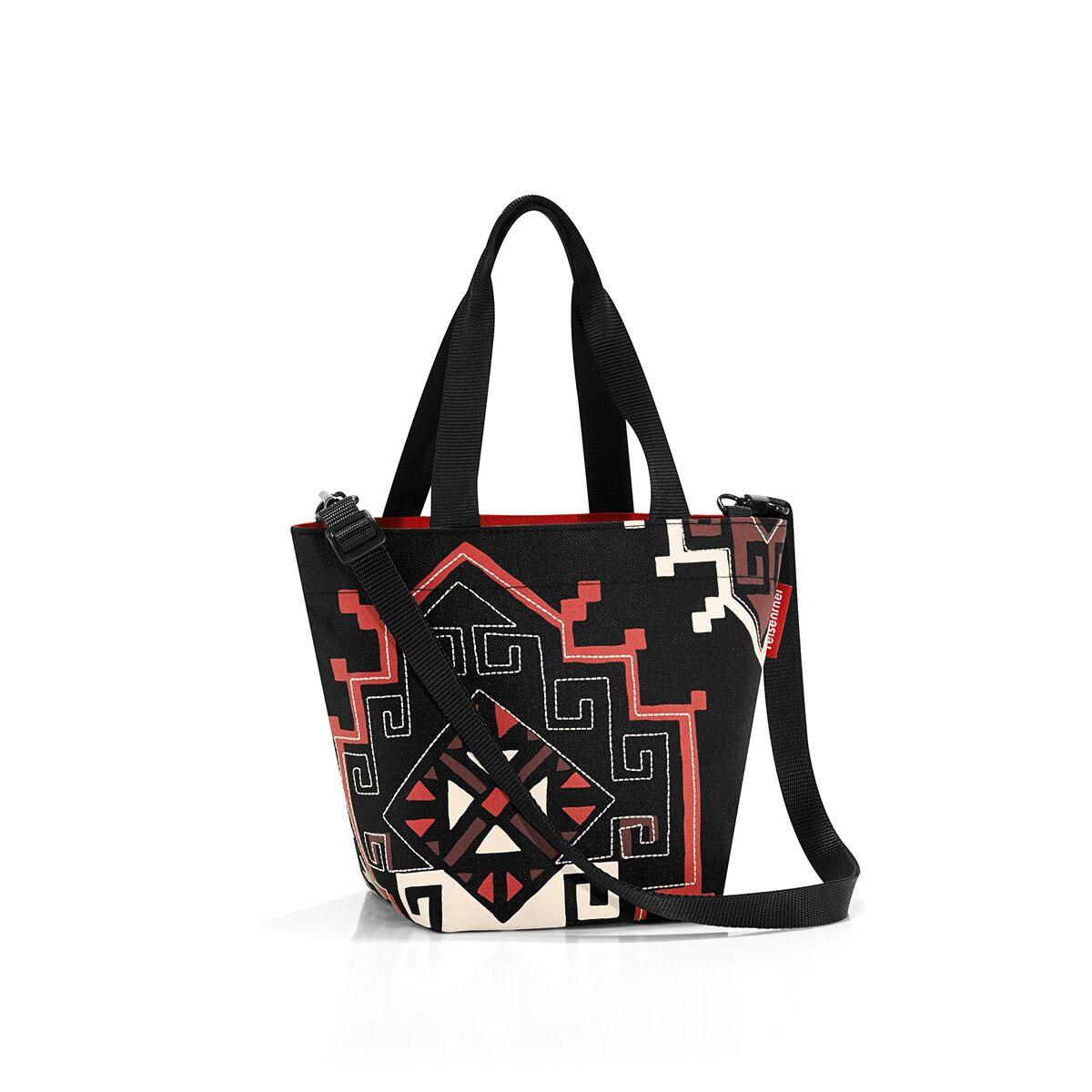 Сумка женская Reisenthel, цвет: черный, темно-красный, серо-бежевый. ZR7035S76245Компактная женская сумка Reisenthel, выполненная из текстиля, оформлена оригинальным принтом и вышивкой. Сумка имеет одно отделение, которое закрывается на застежку-молнию. Внутри расположен нашивной карман на застежке-молнии. Сумка оснащена двумя ручками. В комплект входит съемный регулируемый наплечный ремень.