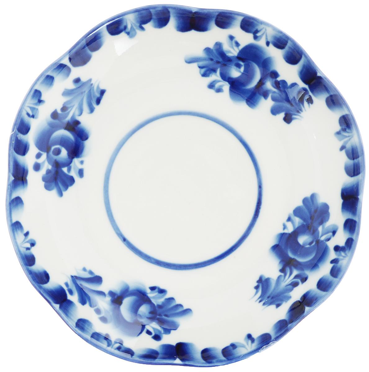 Блюдце Улыбка, диаметр 17,5 см. 993016901115610Блюдце Улыбка, изготовленное из высококачественной керамики, предназначено для красивой сервировки стола. Блюдце оформлено оригинальной гжельской росписью. Прекрасный дизайн изделия идеально подойдет для сервировки стола.Обращаем ваше внимание, что роспись на изделиях выполнена вручную. Рисунок может немного отличаться от изображения на фотографии. Диаметр: 17,5 см. Высота блюдца: 3 см.