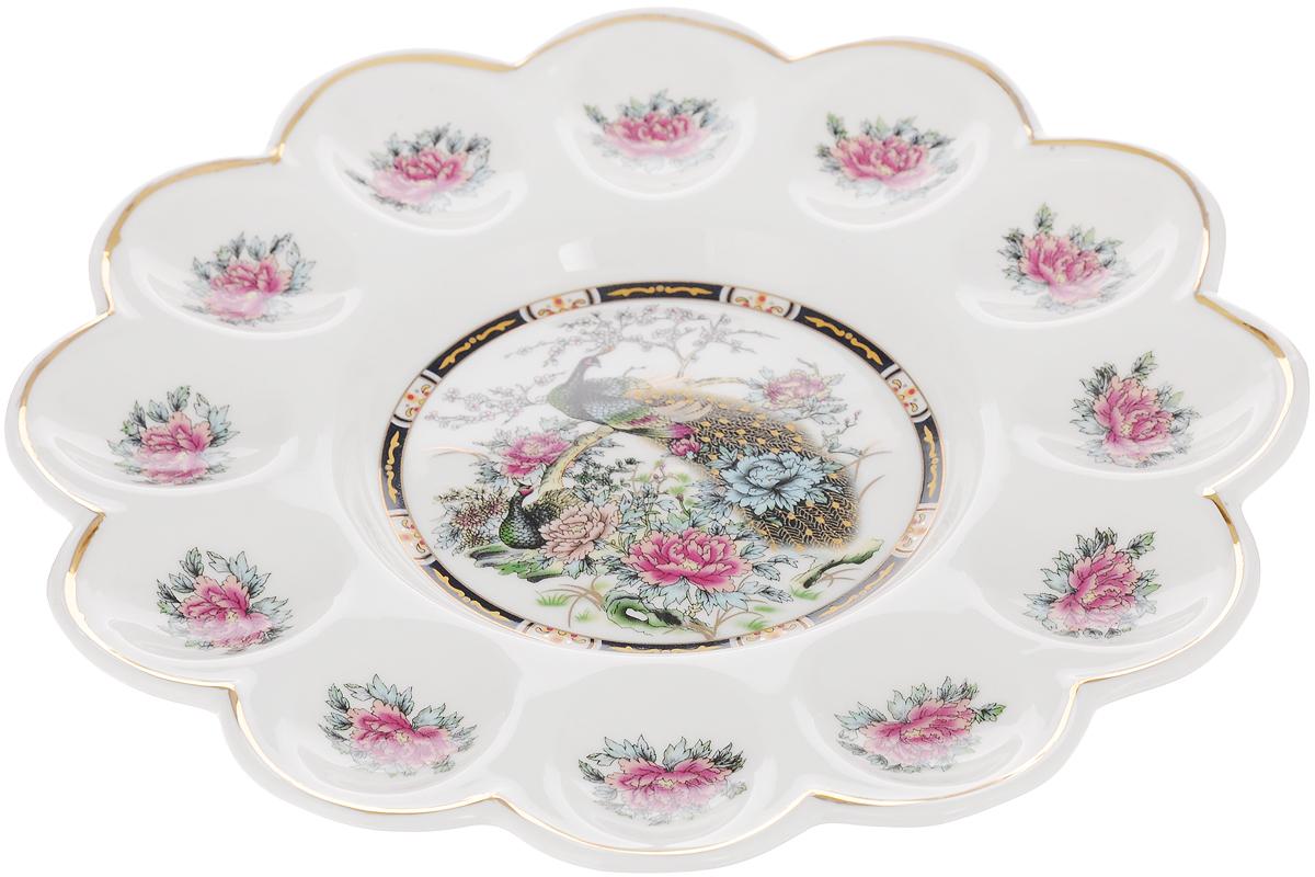 Тарелка для фаршированных яиц Elan Gallery Павлин на золоте, диаметр 24 смFS-91909Тарелка для фаршированных яиц Elan Gallery Павлин на золоте, изготовленная из высококачественной керамики, украсит ваш праздничный стол. На изделии имеются специальные углубления для 12 яиц и кулича. Тарелка оформлена ярким рисунком.Такая тарелка украсит сервировку вашего стола и подчеркнет прекрасный вкус хозяйки. Не рекомендуется применять абразивные моющие средства. Не использовать в микроволновой печи.Диаметр тарелки (по верхнему краю): 24 см.