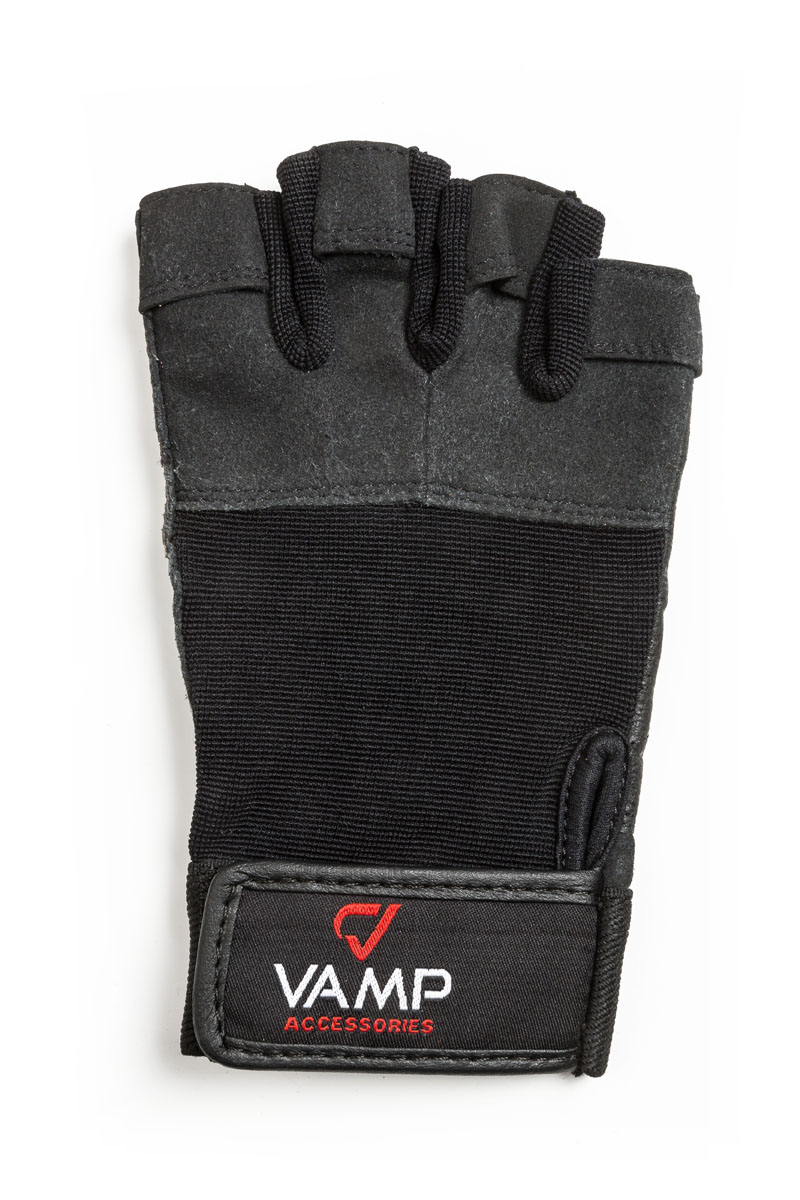 Перчатки для фитнеса мужские Vamp, цвет: черный. 530. Размер LV-744Мужские перчатки повышенной прочности Vamp - для серьезных нагрузок.Они подходят для пауэрлифтинга и бодибилдинга. Перчатки необходимы для безопасной тренировки со снарядами (грифы, гантели), во время подтягиваний и отжиманий. Они минимизируют риск мозолей и ссадин на ладонях. Легко и просто снимаются с руки после тяжелой тренировки благодаря специальным вкладкам на пальцах. Застежка-липучка надежно зафиксирует перчатки на руках. - Легко и просто снимаются с руки после тяжелой тренировки благодаря специальным вкладкам на пальцах.- Застежка на липучке прочно фиксирует перчатку и удобно регулируется.- Между пальцами - многослойная лайкра.
