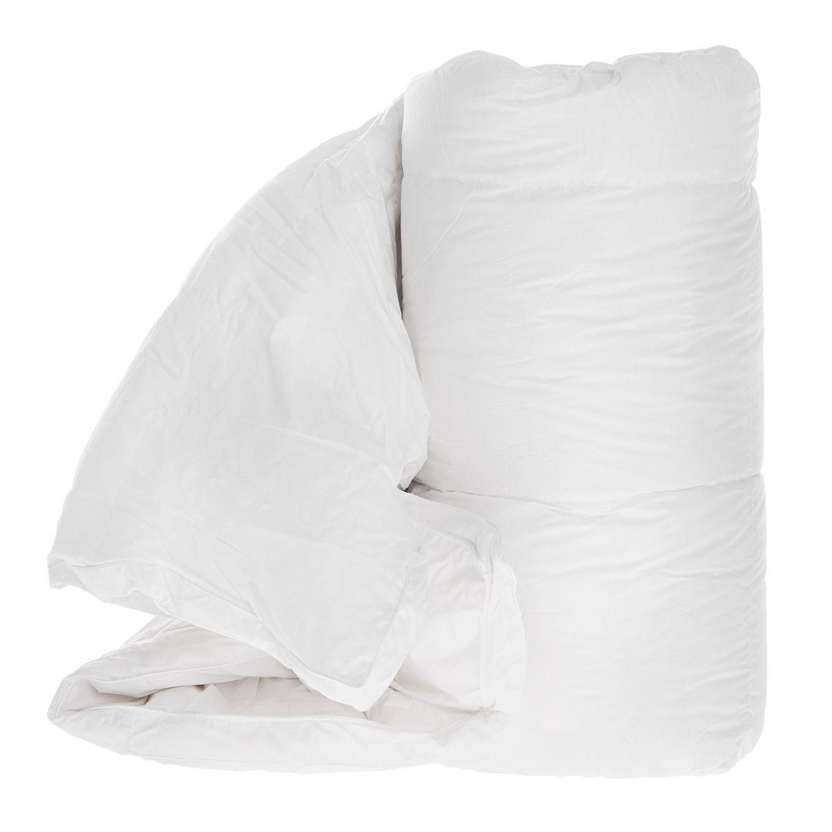 Одеяло TAC Shiny, наполнитель: гусинные пух и перья, 155 x 215 см531-401Одеяло TAC Shiny обеспечит вам здоровый сон и комфорт. Чехол выполнен из 100% натурального хлопка и оформлен фигурной стежкой. В качестве наполнителя используется 95% специальный гусиный пух. Наполнитель равномерно распределен внутри чехла. Край одеяла декорирован узором из страз.Гусиный пух сохраняет температуру в 2,5 раза лучше, чем другие наполнители. Специальная обработка пуха препятствует появлению бактерий в одеяле. Ваше одеяло прослужит долго, а его изысканный внешний вид будет годами дарить вам уют. Одеяло упаковано в сумку-чехол, закрывающуюся на застежку-молнию.