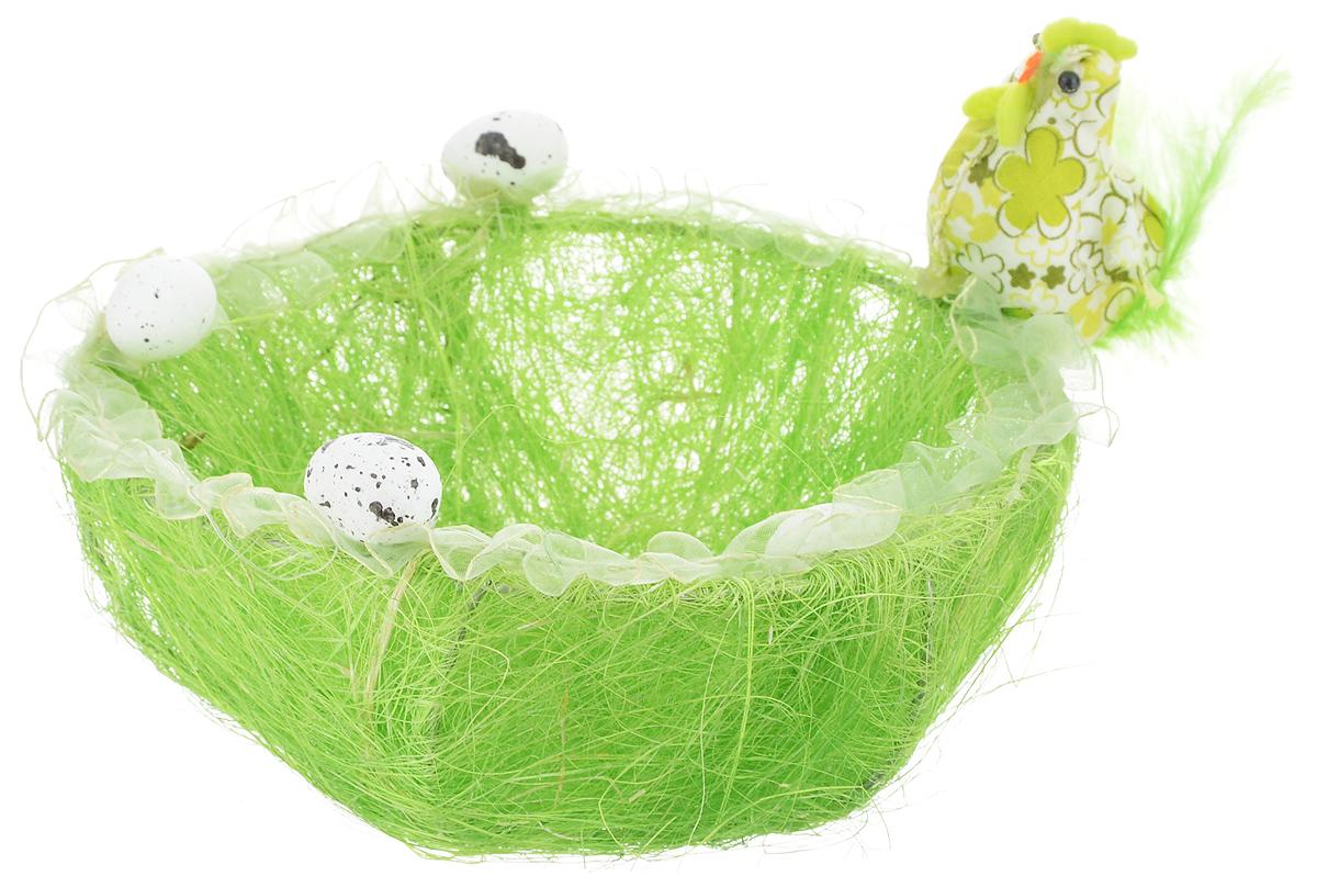 Корзина декоративная Home Queen Нарядная курочка, цвет: зеленый, диаметр 17,5 см68/5/3Корзинка Home Queen Нарядная курочка прекрасно подойдет для хранения пасхальных яиц. Корзинка имеет металлический каркас, покрытый сизалем и пенькой. Края изделия декорированы лентой, пенопластовыми яичками и фигуркой нарядной курочки. Такая корзинка украсит праздничный стол, внесет частичку тепла и веселья в ваш дом.