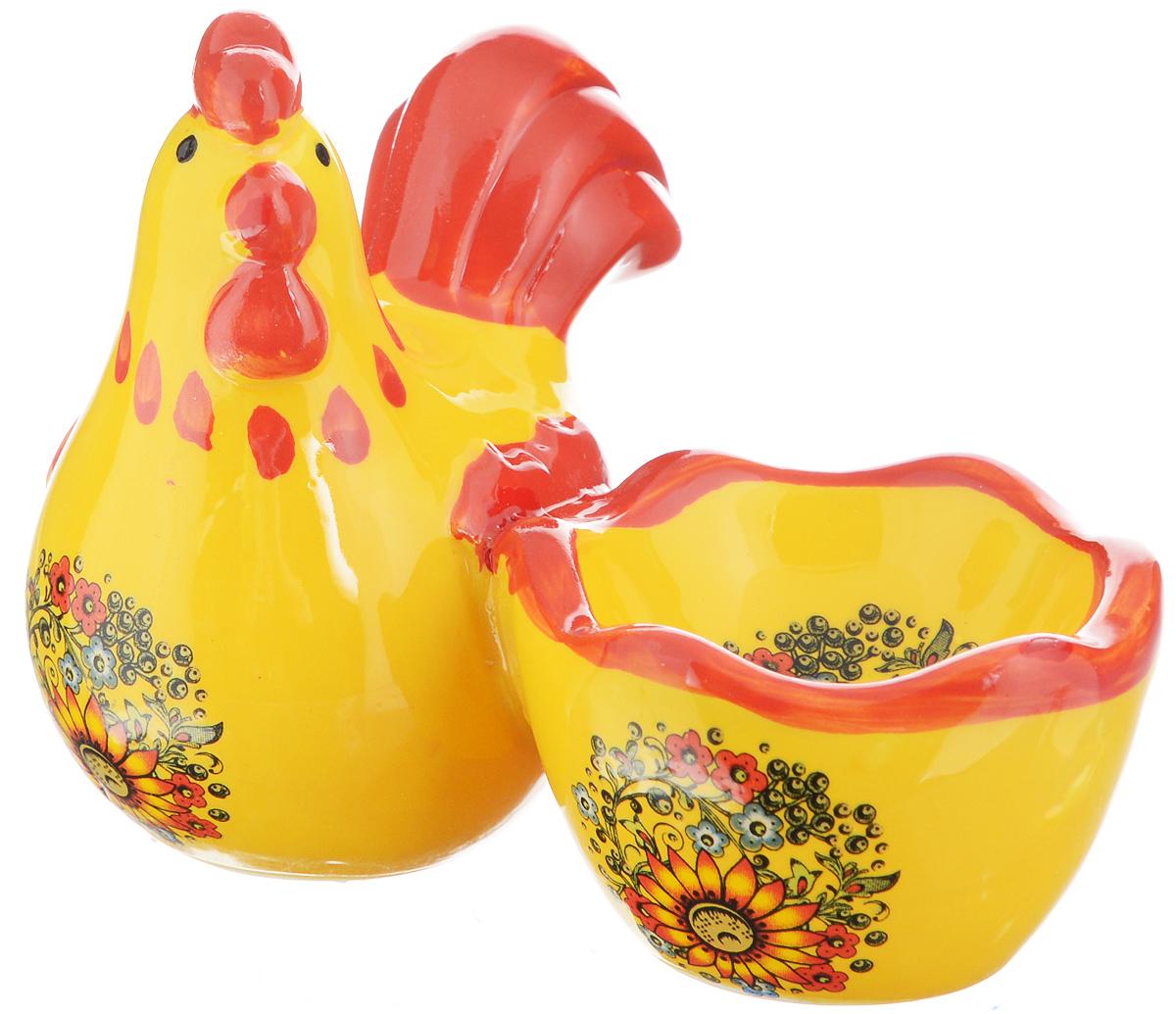 Подставка под яйцо Home Queen Узорная. 64252115510Подставка под яйцо Home Queen Узорная изготовлена из высококачественной глазурованной керамики, расписанной красивыми узорами. Изделие представляет собой фигурку курочки с подставкой для одного яйца. Такая подставка станет оригинальным украшением праздничного стола на Пасху и создаст особое настроение. Посуда не предназначена для использования в микроволновой печи и посудомоечной машине. Выдерживает температуру от -10° до +100°С. Не использовать в морозильной камере. Диаметр выемки для яйца: 5 см.