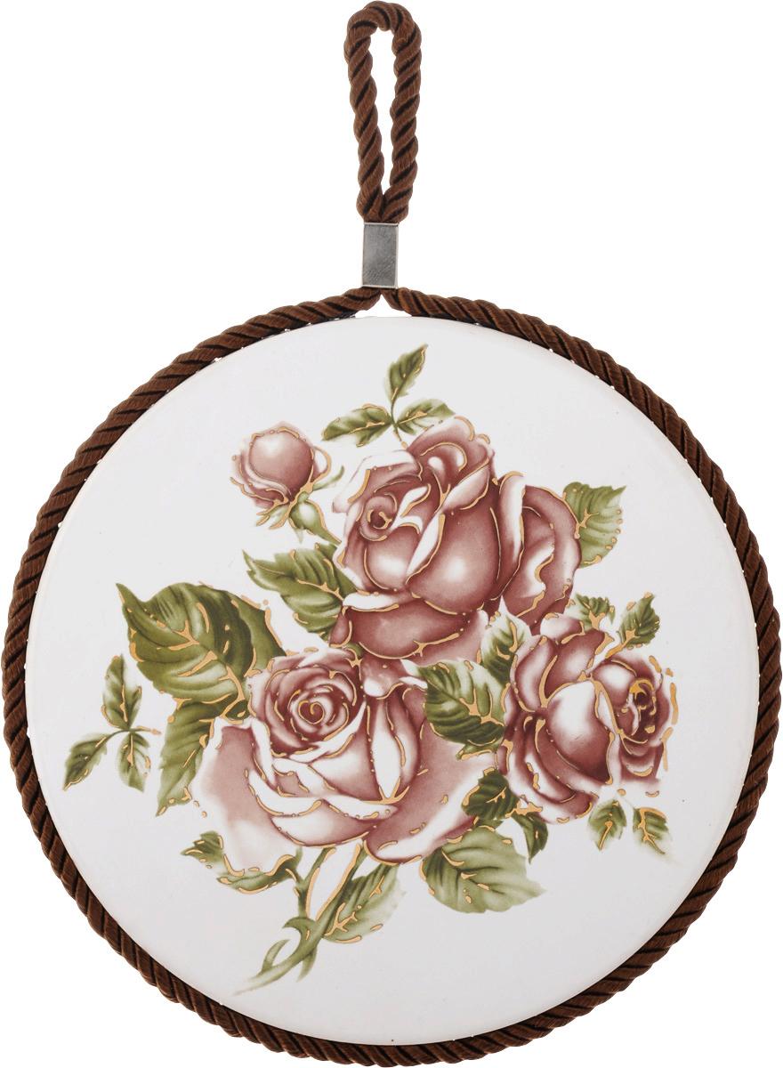 Подставка под горячее Loraine Розы, диаметр 17 см. 2455512136Круглая подставка под горячее Loraine Розы выполнена из высококачественной керамики. Изделие, декорированное красочным изображением, идеально впишется в интерьер современной кухни. Специальное пробковое основание подставки защитит вашу мебель от царапин. Подставка оснащена цветным шнурком с петелькой для подвешивания. Изделие не боится высоких температур и легко чиститься от пятен и жира. Каждая хозяйка знает, что подставка под горячее - это незаменимый и очень полезный аксессуар на каждой кухне. Ваш стол будет не только украшен оригинальной подставкой с красивым рисунком, но и сбережен от воздействия высоких температур ваших кулинарных шедевров. Диаметр подставки: 17 см.Высота подставки: 1 см.