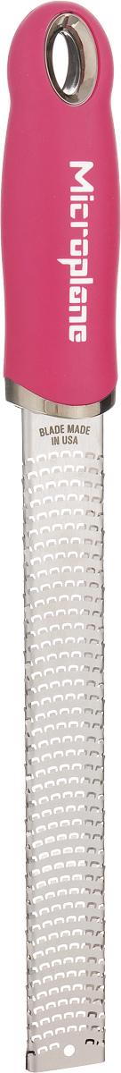 Терка для цедры и сыра Microplane, цвет: стальной, ярко-розовый1014412Терка Microplane, изготовленная из нержавеющейстали, оснащена мелкими лезвиями ипредназначена специально для натирания сыра ицедры. Изделие оснащено эргономичной ручкой с нескользящим покрытием.Такой уникальный предмет станет незаменимымпомощником на вашей кухне и понравится любойхозяйке. Длина терки: 32,5 см.Размер рабочей поверхности: 18,5 х 2,5 см.Microplane – это легендарные американские терки. ПродукциейMicroplane пользуются все известные кулинары и повара всего мира, среди них знаменитый шеф-повар Джейми Оливер. Вся продукция Microplane производится на собственном заводе в США. Для изготовления терок Microplane используют самую качественную нержавеющую сталь. Благодаря уникальному химическому составу стали, продукция Microplane не окисляется и сохраняет большее количество витаминов и полезных веществ в продуктах. Для производства продукции Microplane используются нержавеющие стали высокой твердости, поэтому продукция Microplane не тупится годами. Запатентованный процесс фотогравировки позволяет создать сверхострые лезвия для продукции Microplane.