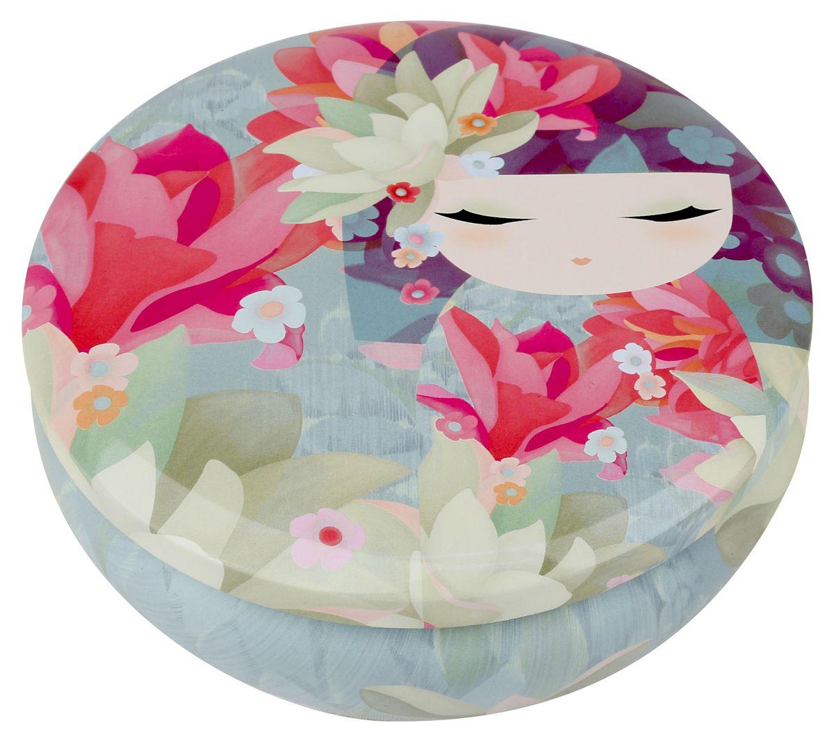Шкатулка жестяная Kimmidoll Такара (Удача). KH09663654-RT-23Шкатулка Kimmidoll Такара (Удача) изготовлена из жести и оформлена изображением японской куколки кокеши. Шкатулка содержит вместительное отделение, надежно закрывающееся крышкой.Такая шкатулка не только надежно сохранит вашу бижутерию, но и станет необычным украшением интерьера.Привет, меня зовут Такара! Я талисман удачи! Мой дух постоянно находится в творческом поиске. Ваша творческая натура и жажда открытий раскрывают секрет моего духа. Сохраняйте смелость и не бойтесь пробовать что-то новое, и вам обязательно улыбнется удача.