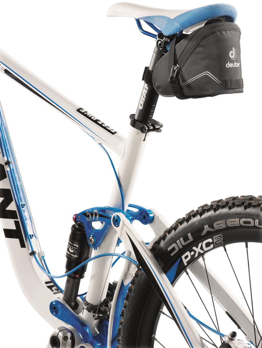 Велосумка под седло Deuter I Black, цвет: черный3615Небольшая сумка под седло Deuter I Black изготовлена специально для велогонщиков и горных велосипедистов. Простое и надежное крепление к седлу с помощью застежки Velcro. Сумка идеальна для размещения велокамеры, ключей и мелких инструментов. Отражатель 3M и петля для крепления ночного габаритного фонарика Safety Blink.