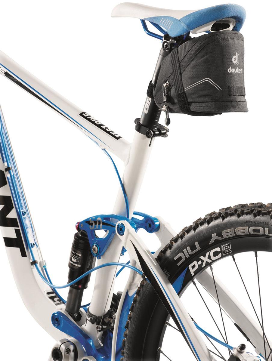 Сумка под седло Deuter 2015 Bike Accessoires Bike Bag II, цвет: черный, 1,1лZ90 blackПодседельные сумки с быстрой системой крепления Klick?n Go. Светоотражающие полосы повышают безопасность на вечерней дороге. В дополнение можно прикрепить к петле фонарик безопасности. Достаточно места для размещения инструментов, запасной камеры, ключей и мелких деталей. Увеличенный вариант сумки оснащен дополнительной секцией на молнии, в которую можно положить легкую куртку. Моющаяся внешняя ткань.