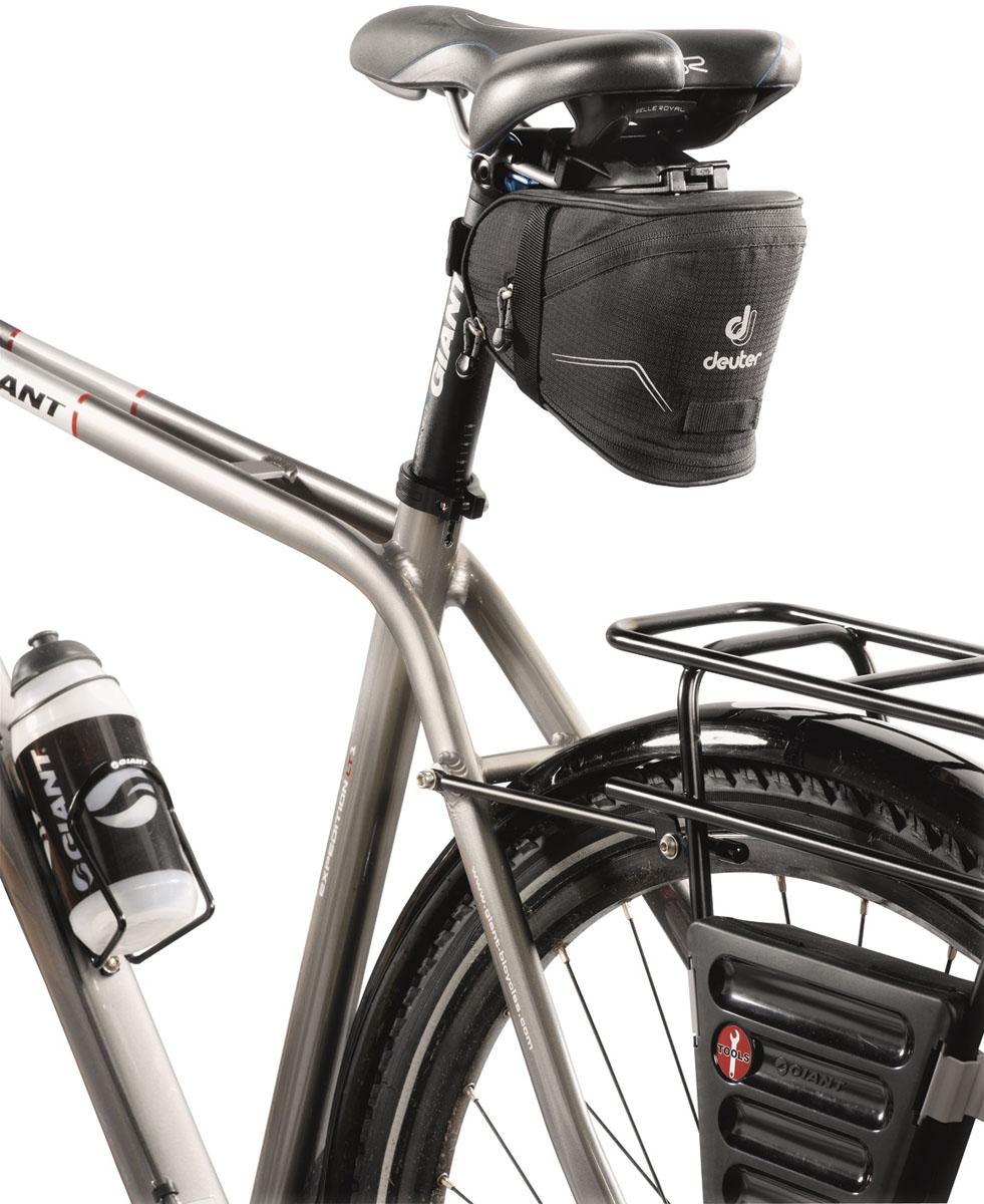 Сумка под седло Deuter 2015 Bike Accessoires Bike Bag IV, цвет: черный, 1,3 л32632_7000Подседельная сумка с быстрой системой крепления. Светоотражающие полосы повышают безопасность на вечерней дороге. В дополнение можно прикрепить к петле фонарик безопасности. Достаточно места для размещения инструментов, запасной камеры, ключей и мелких деталей. Увеличенный вариант сумки оснащен дополнительной секцией на молнии, в которую можно положить легкую куртку. Моющаяся внешняя ткань.