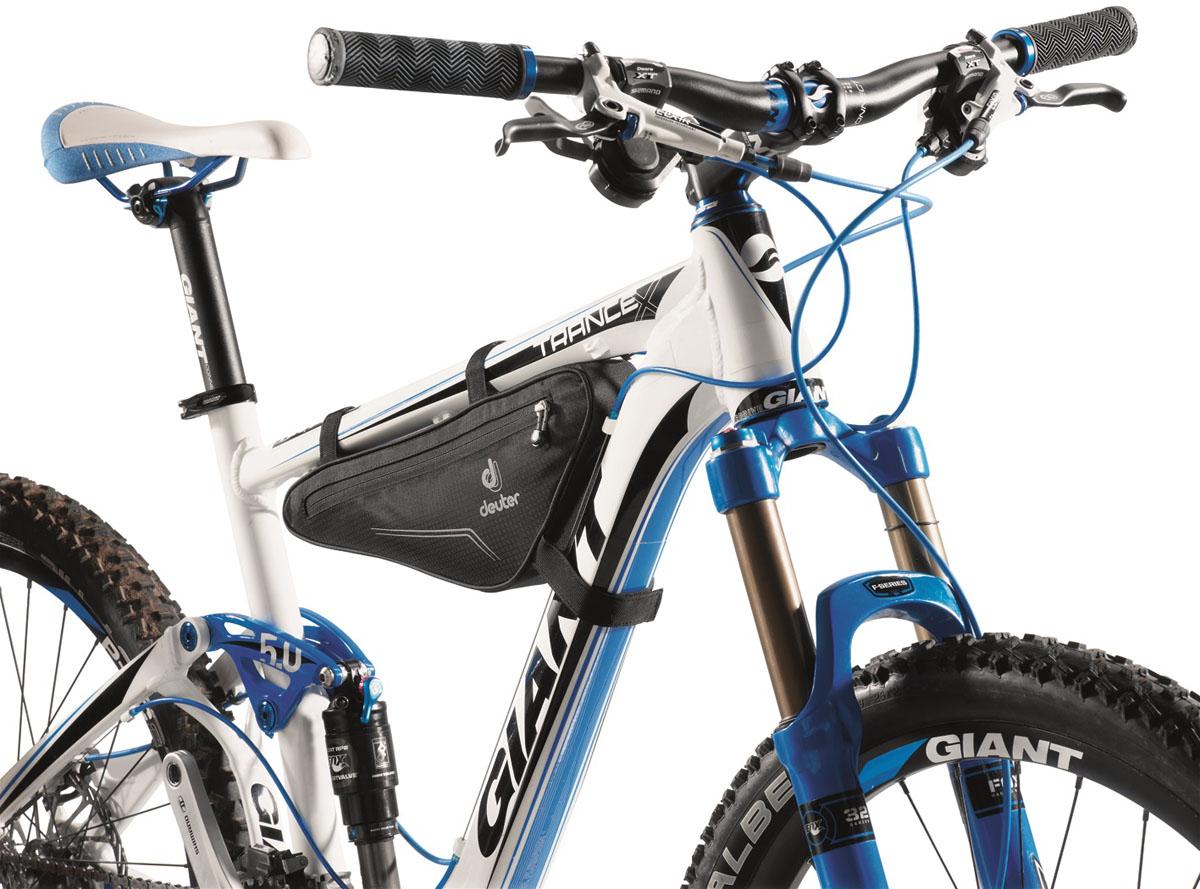 Велосумка Deuter 2015 Bike Accessoires Front Triangle Bag, цвет: черный, 1,3лХ83843Треугольная сумка для инструментов и запасной камеры. Можно легко и надежно закрепить ее на передней части рамы любого велосипеда с помощью трех застежек.