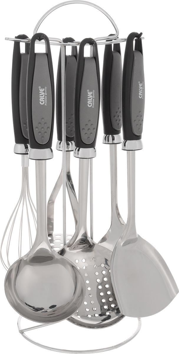 Набор кухонных принадлежностей Calve, 7 предметов. CL-133794672Набор Calve состоит из половника, лопатки, сервировочной ложки, картофелемялки, шумовки, венчика и подставки. Изделия выполнены из высококачественной нержавеющей стали, рукоятки изготовлены из пластика с резиновыми вставками. В наборе содержатся все необходимые принадлежности для приготовления пищи. Для компактного хранения предусмотрена подставка. Изделия можно мыть в посудомоечной машине. Длина половника: 31,5 см. Диаметр рабочей части половника: 9 см. Длина шумовки: 33 см. Диаметр рабочей части шумовки: 11 см. Длина картофелемялки: 26,5 см. Диаметр рабочей части картофелемялки: 8 см. Длина венчика: 30 см. Длина ложки: 34 см. Размер рабочей части ложки: 10 х 7 см. Длина лопатки: 33,5 см. Размер рабочей части лопатки: 9 х 10 см. Размер подставки: 16 х 16 х 39 см.
