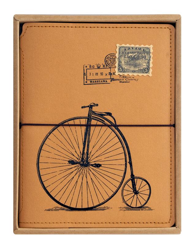 Записная книжка Белоснежка Ретро велосипед. 723-SB72523WDЗаписная книжка оборудована прочной резинкой, что позволяет ей всегда быть плотно закрытой. Во внутренней части обложки есть карман для хранения мелочей. Листы блокнота сделаны из плотной крафт бумаги и прошиты в прочный переплет. Всего листов 80. Книга для записай упакована в коробку и прозрачный пакет.Количество листов: 80. Размер 150 х 200 х 20 мм