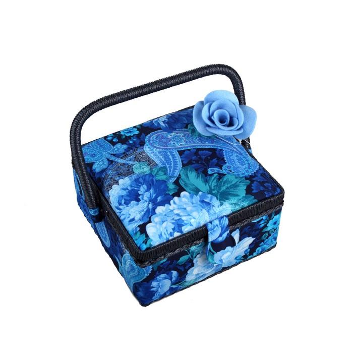 Шкатулка для рукоделия RTO, с вкладышем, 19,5 х 19,5 х 11 см74-0060Шкатулка для рукоделия RTO выполнена из сосны и обтянута мягкой тканью с принтом. Ручка шкатулки и кромка выполнены из пластика. Внутри обтянута тканью и имеет кармашек для мелочей, игольницу и пластиковый лоток с разделителями для хранения мелочей, который при желании можно снять. Шкатулка очень удобна в использовании, и к тому же станет украшением вашего домашнего интерьера!