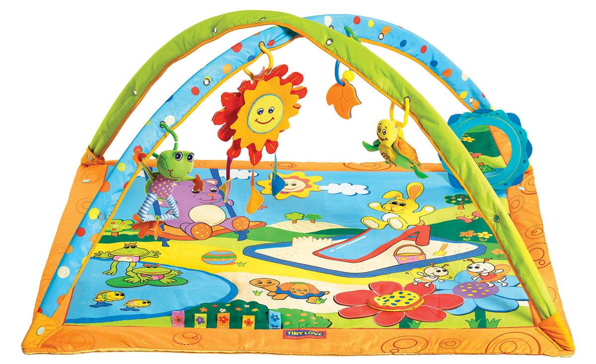"""Разные материалы коврика Tiny Love """"Солнечный денек"""", """"пищалки"""" и """"шуршалки"""", способствуют развитию тактильных ощущений у малышей. К дугам коврика на кольцах подвешиваются 4 мягкие игрушки: лягушонок - вибрирует, черепашка-погремушка, погремушка-прорезыватель для зубок в форме листиков и музыкальное солнышко с тремя различными мелодиями. Музыка начинает звучать, когда ребенок ударяет по игрушке или дергает ее. Также есть безопасное зеркальце, способствующее более длительным играм лежа на животе. Коврик легко складывается для удобной замены подгузников, его можно мыть. Коврик упакован в пластиковую сумку с ручкой для удобства переноски. Для работы игрушки необходимы 3 батарейки типа LR44 (товар комплектуется демонстрационными)."""