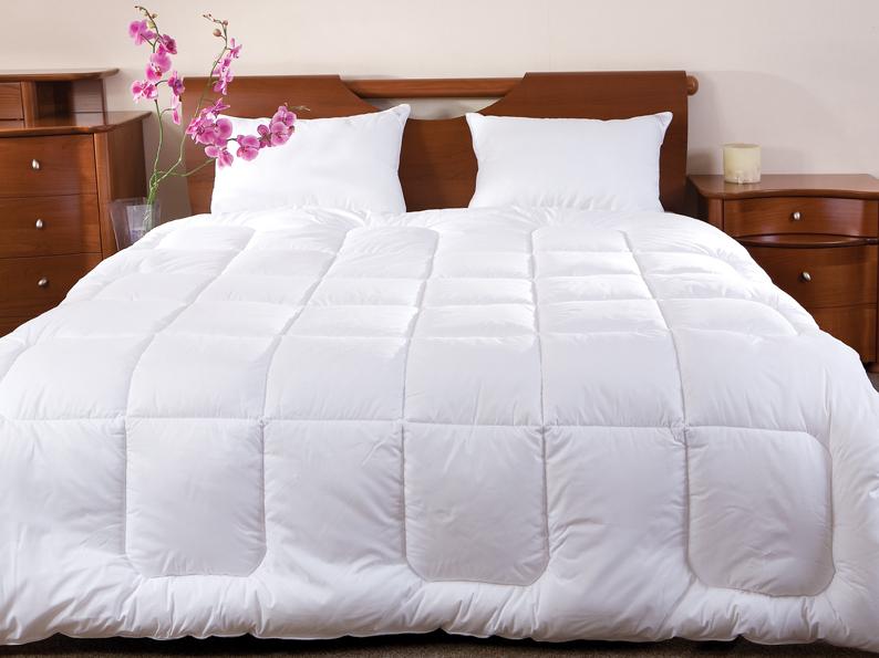 Одеяло Arctique, 140 х 205 смCLP446Одеяло Arctique не оставит равнодушным тех, кто ценит качество и комфорт. Экологически чистый наполнитель Экофайбер гипоаллергенен и поддерживает объем изделий долгое время.В одеяле двойной слой наполнителя, который, являясь высококачественным заменителем пуха, обладает отличными согревающими свойствами, поэтому под ним очень тепло даже самой холодной ночью. Характеристики: Материал чехла: 70% хлопок, 30% полиэстер. Материал наполнителя: 100% экофайбер (заменитель пуха). Размер одеяла: 140 см х 205 см. Степень теплоты: 5. Производитель: Россия.ТМ Primavelle - качественный домашний текстиль для дома европейского уровня, завоевавший любовь и признательность покупателей. ТМ Primavelleрада предложить вам широкий ассортимент, в котором представлены: подушки, одеяла, пледы, полотенца, покрывала, комплекты постельного белья. ТМ Primavelle- искусство создавать уют. Уют для дома. Уют для души.