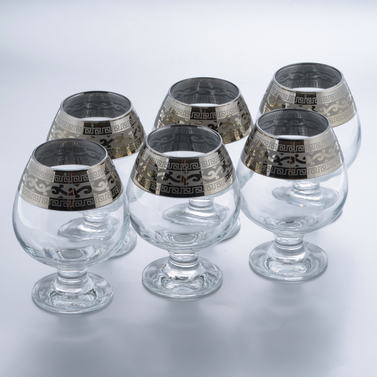 Набор бокалов для бренди Гусь-Хрустальный Версаче, 400 мл, 6 штVT-1520(SR)Набор Гусь-Хрустальный Версаче состоит из 6 бокалов, изготовленных из высококачественного натрий-кальций-силикатного стекла. Изделия оформлены красивым зеркальным покрытием и широкой окантовкой с оригинальным узором. Бокалы предназначены для подачи бренди. Такой набор прекрасно дополнит праздничный стол и станет желанным подарком в любом доме. Разрешается мыть в посудомоечной машине. Диаметр бокала (по верхнему краю): 5,5 см. Высота бокала: 12,5 см. Диаметр основания бокала: 6,4 см.