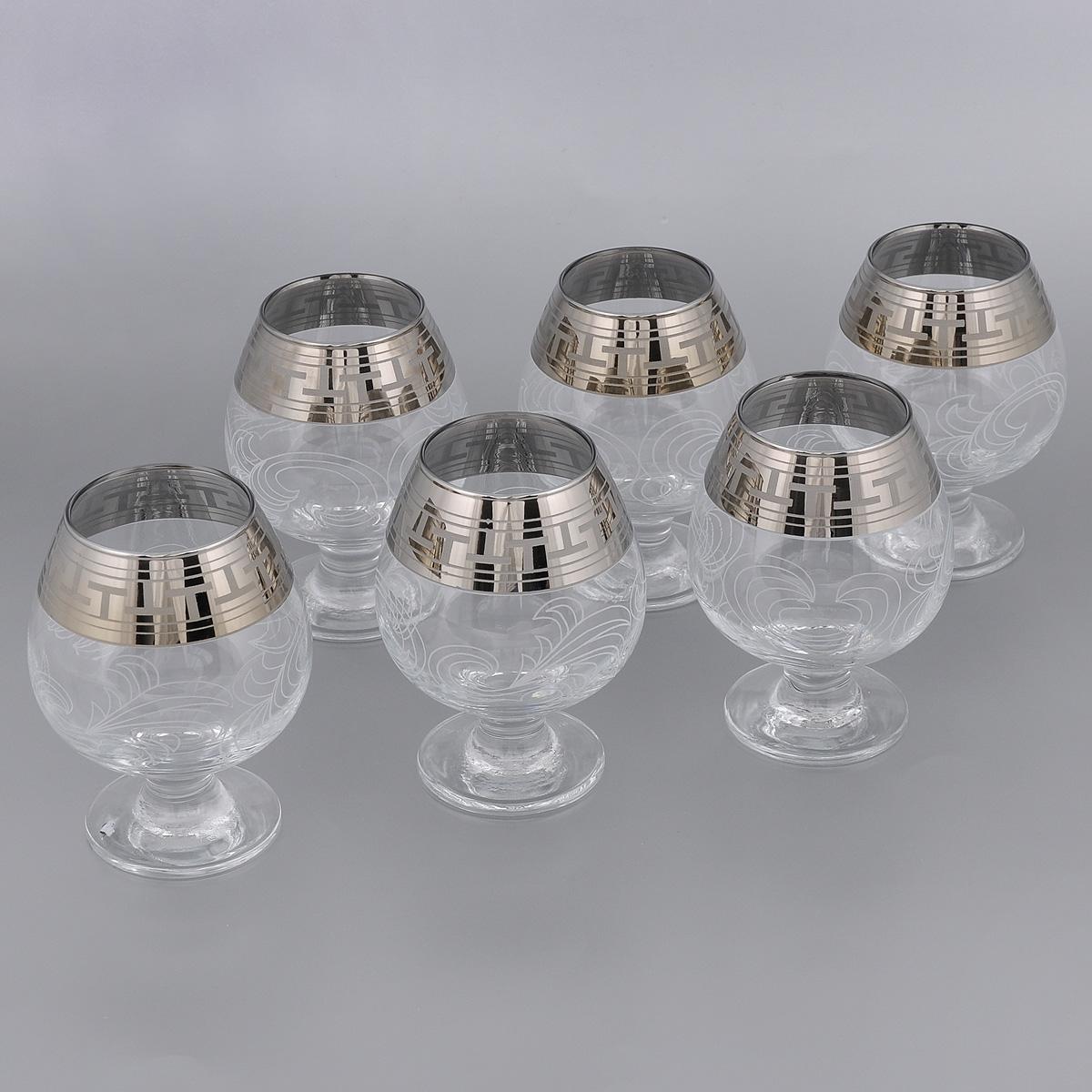 Набор бокалов для бренди Гусь-Хрустальный Греческий узор, 400 мл, 6 штVT-1520(SR)Набор Гусь-Хрустальный Греческий узор состоит из 6 бокалов на тонких коротких ножках, изготовленных из высококачественного натрий-кальций-силикатного стекла. Изделия оформлены красивым зеркальным покрытием и белым матовым орнаментом. Бокалы предназначены для бренди. Такой набор прекрасно дополнит праздничный стол и станет желанным подарком в любом доме. Разрешается мыть в посудомоечной машине. Диаметр бокала (по верхнему краю): 6 см. Высота бокала: 12,5 см.