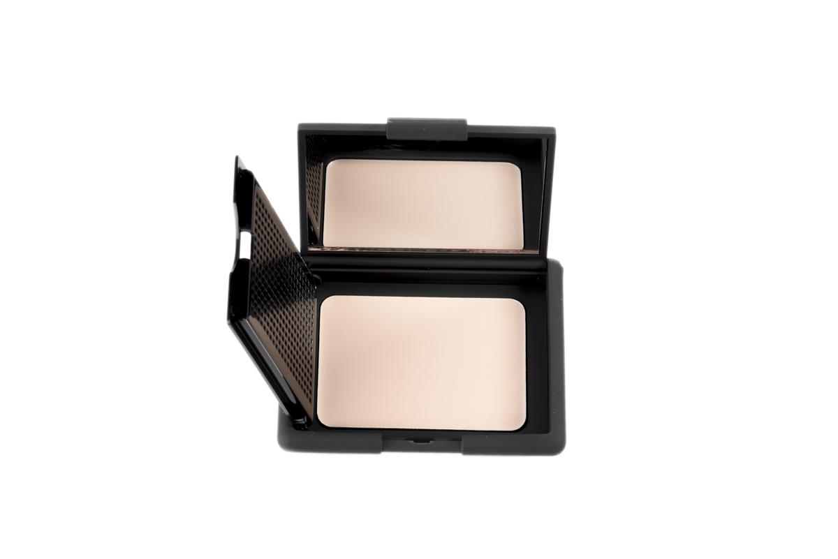 Nouba Основа под макияж матирующая Perfecta Face Primer 8млSatin Hair 7 BR730MNМатирующая основа под макияж или же праймер - выравнивает цвет лица, скрывает неровности, визуально сужает поры и мелкие морщинки, дарит коже матовый эффект.Праймер делает кожу мягкой и шелковистой, обеспечивает стойкость макияжу, идеален для подготовки кожи перед нанесением тональной основы.Удобная компактная упаковка с зеркальцем и спонжем.