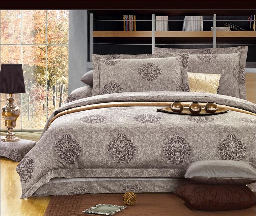 Комплект белья Arya Yalena, 2-спальный, наволочки 70х70VCA-00Роскошный комплект постельного белья линии Romance Жаккард состоит из пододеяльника, простыни и четырех наволочек, изготовлен из хлопкового жаккарда.Жаккард – это ткань с уникальным рисунком, который создают на специальном станке. Из-за сложного плетения эта ткань довольно жесткая, поэтому используют ее только для верхней стороны пододеяльника и наволочек. Хлопковый жаккард соединяет в себе все плюсы натуральной ткани и сложного плетения: хорошо впитывает влагу, дышит, долговечен и прочнее любой ткани, кроме натурального шелка.В сатине высокой плотности нити очень сильно скручены, поэтому ткань гладкая и немного блестит. Комплект из плотного сатина прослужит дольше любого другого хлопкового белья. Благодаря диагональному пересечению нитей, он почти не мнется, но по гладкости и мягкости уступает атласным тканям.