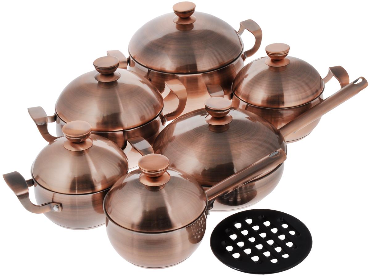 Набор посуды Supra Takara, 13 предметов391602Набор посуды Supra Takara состоит из четырех кастрюль разного объема с крышками, сотейника с крышкой, ковша с крышкой и бакелитовой подставки под горячее. Предметы набора выполнены из нержавеющей стали с медным покрытием и имеют четырехслойное вштампованное индукционное дно. Технология вштампованного дна с алюминиевым основанием позволяет мгновенно накапливать тепло и равномерно распределять его по всему корпусу посуды. В результате пища прогревается быстро и однородно, а воды или масла требуется гораздо меньше. Кроме того, посуду с таким дном можно использовать с любыми плитами, включая индукционные. Посуда оснащена удобными ненагревающимися ручками, куполообразными крышками и имеет внутреннюю шкалу литража.Коллекция посуды Takara - подарок эстетам, гурманам и ценителям красоты. Элегантный и благородный дизайн кастрюль, ковша и сотейника станет украшением вашей кухни на долгие годы. Их медное покрытие не только радует глаз: оно отличается высокой долговечностью и наделяет блюда превосходными вкусовыми качествами.Можно мыть в посудомоечной машине.Характеристики:Диаметр кастрюли объемом 5,6 л (по верхнему краю): 24 см.Диаметр дна кастрюли объемом 5,6 л: 20 см.Высота стенки кастрюли объемом 5,6 л: 12 см.Диаметр кастрюли объемом 3,2 л (по верхнему краю): 20 см.Диаметр дна кастрюли объемом 3,2 л: 16,5 см.Высота стенки кастрюли объемом 3,2 л: 10 см.Диаметр кастрюли объемом 2,3 л (по верхнему краю): 18 см.Диаметр дна кастрюли объемом 2,3 л: 14,5 см.Высота стенки кастрюли объемом 2,3 л: 9 см.Диаметр кастрюли объемом 1,6 л (по верхнему краю): 16 см.Диаметр дна кастрюли объемом 1,6 л: 13 см.Высота стенки кастрюли объемом 1,6 л: 8 см.Объем сотейника: 2,5 л.Диаметр сотейника (по верхнему краю): 24 см.Диаметр дна сотейника: 20 см.Высота стенки сотейника: 6 см.Длина крышки сотейника: 21 см.Объем ковша: 1,6 л.Диаметр ковша (по верхнему краю): 16 см.Диаметр дна ковша: 13 см.Высота стенки ковша: 8 см.Диаметр подставки: 20 см.