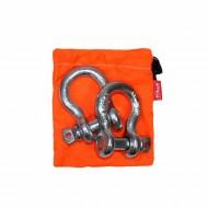 Комплект шаклов Tplus, 3,25 т72/14/11Рабочая нагрузка: 3.25 т, для а/м со снаряженной массой от 1.5 до 2.5 т; шаклы применяются в съёмных связках для присоединения стальных тросов, буксировочных ремней, динамических строп, удлинителей лебедочного троса и корозащитных строп; коэффициент запаса прочности шаклов 1:6