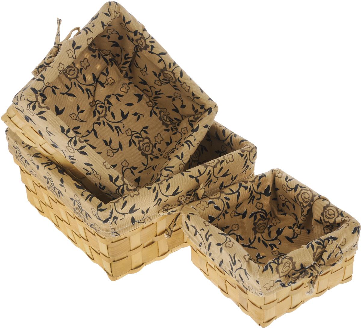 Набор плетеных корзинок Miolla, цвет: бежевый, коричневый, 3 шт. QL400449RG-D31SНабор Miolla состоит из трех квадратных плетеных корзинок разного размера. Изделия выполнены из плетеной древесины и обтянуты тканью с оригинальным растительным узором. Такие корзинки прекрасно подойдут для хранения хлеба и других хлебобулочных изделий, печенья, а также бытовых принадлежностей и различных мелочей. Стильный дизайн корзинок сделает их украшением интерьера помещения. Подойдут для кухни, спальни, прихожей, ванной. Размер малой корзины: 21 х 21 х 11,5 см. Размер средней корзины: 25 х 25 х 14 см.Размер большой корзины: 30 х 30 х 16 см.