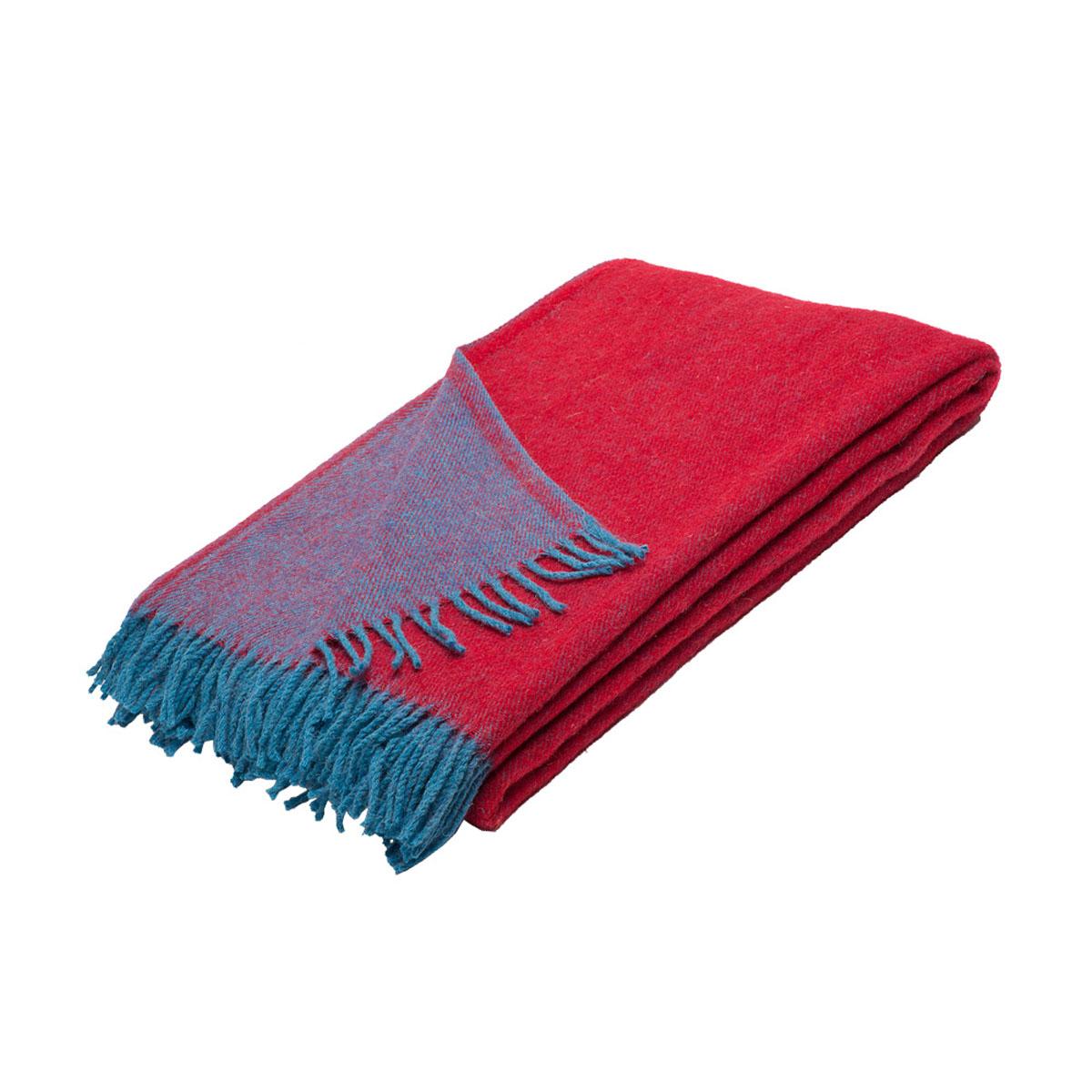 Плед Руно Дуэт, цвет: бордовый, голубой, 140 х 200 см. 1-531-140 (67)ES-412Плед Руно Дуэт, выполненный из натуральной овечьей шерсти с молезащитной обработкой, добавит в комнате уюта и согреет в прохладные дни. Удобный размер этого очаровательного изделия позволит использовать его и как одеяло, и как покрывало для кресла или софы. Плед Руно Дуэт украсит интерьер любой комнаты и станет отличным подарком друзьям и близким! Под шерстяным пледом вам никогда не станет жарко или холодно, он помогает поддерживать постоянную температуру тела. Шерсть обладает прекрасной воздухопроницаемостью, она поглощает и нейтрализует вредные вещества и славится своими целебными свойствами. Плед из шерсти станет лучшим лекарством для людей, страдающих ревматизмом, радикулитом, головными и мышечными болями, сердечно-сосудистыми заболеваниями и нарушениями кровообращения. Шерсть не электризуется. Она прочна, износостойка, долговечна. Наконец, шерсть просто приятна на ощупь, ее мягкость и фактура вызывают потрясающие тактильные ощущения!