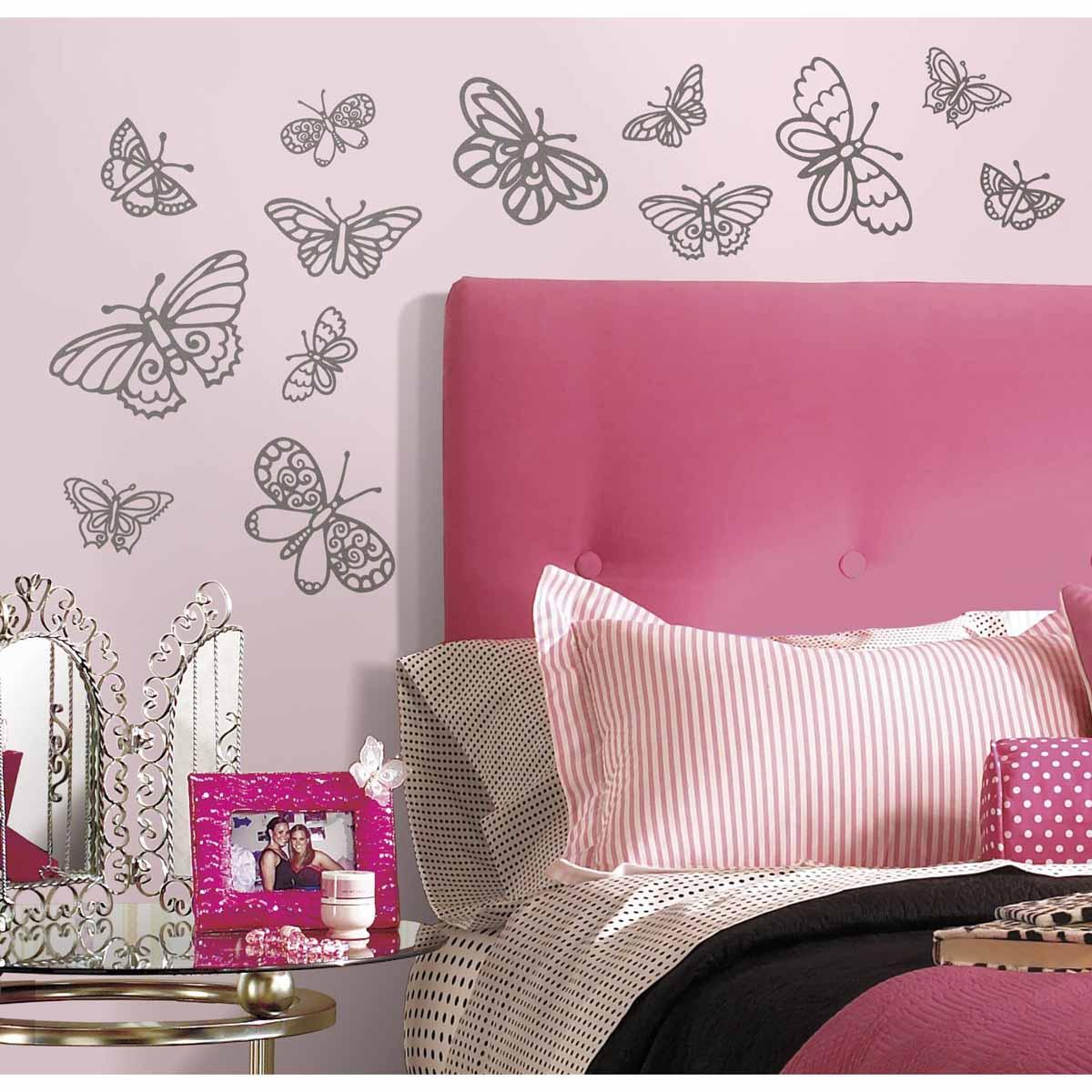 RoomMates Наклейка интерьерная Мерцающие бабочки 29 шт300250_Россия, синийИнтерьерная наклейка RoomMates Мерцающие бабочки обязательно станет украшением вашей квартиры.Придайте комнате новый вид с помощью стильного и оригинального набора наклеек для декора! Наклейки, входящие в набор, содержат изображения серебристых блестящих бабочек разного размера.Всего в наборе 29 стикеров. Наклейки не нужно вырезать - их следует просто отсоединить от защитного слоя и поместить на стену или любую другую плоскую гладкую поверхность. Наклейки многоразовые: их легко переклеивать и снимать со стены, они не оставляют липких следов на поверхности. В каждой индивидуальной упаковке вы можете найти 4 листа с различными наклейками!