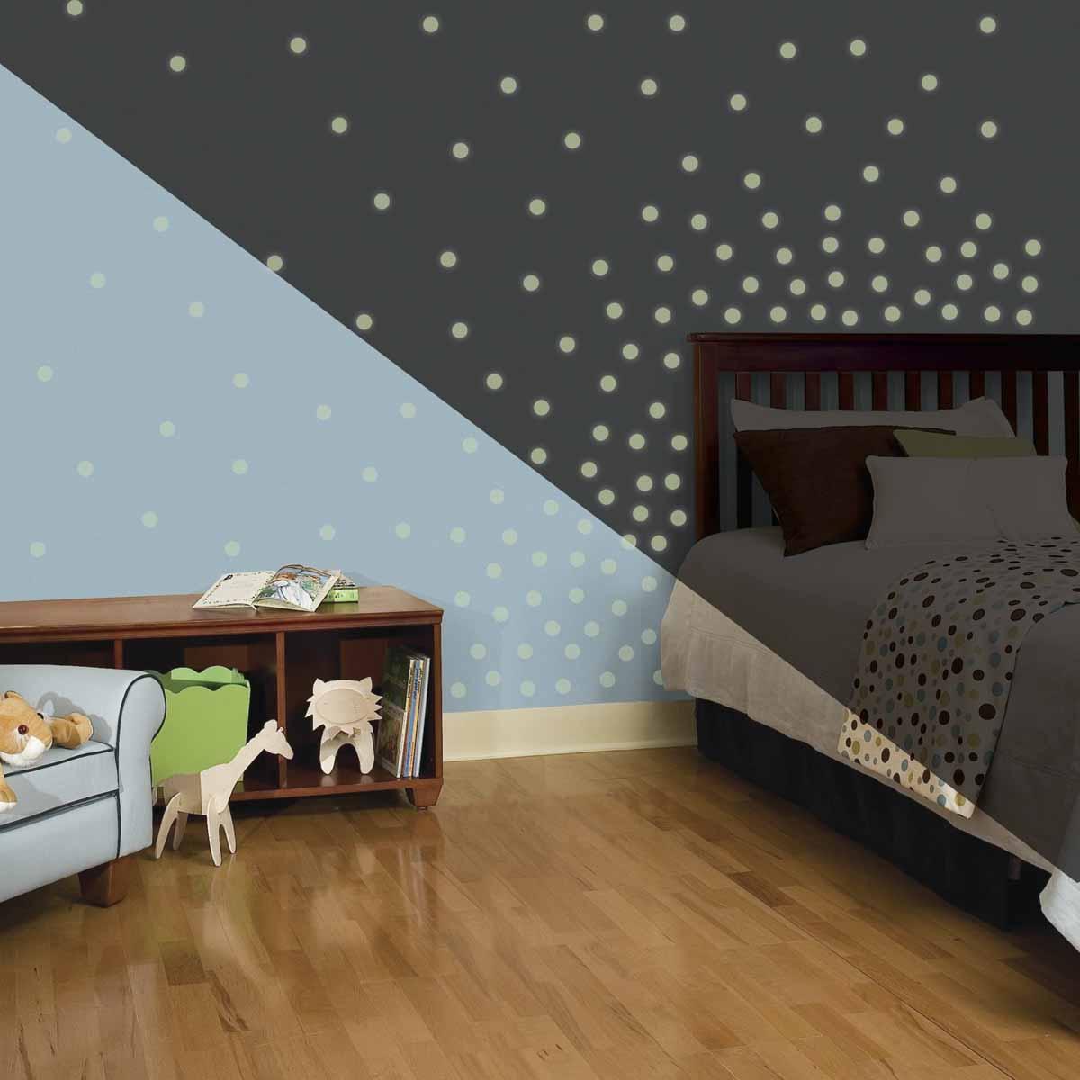 RoomMates Наклейка интерьерная Мерцающие точки 180 штED602Наклейки для декора Мерцающие точки от знаменитого производителя RoomMates станут украшением вашей квартиры! Придайте комнате другой вид с новым набором наклеек для декора, который светится в темноте! Наклейки светятся в темноте мягким светом!Пожалуйста, обратите внимание на то, что для достижения эффекта свечения наклейки должны побыть под воздействием прямого солнечного света! Прекрасный вариант для родителей, ребенок которых боится темноты.Всего в наборе 180 стикеров. Наклейки не нужно вырезать - их следует просто отсоединить от защитного слоя и поместить на стену или любую другую плоскую гладкую поверхность. Наклейки многоразовые: их легко переклеивать и снимать со стены, они не оставляют липких следов на поверхности.