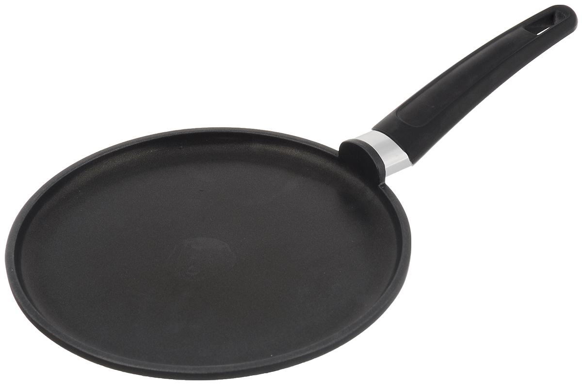 Сковорода для блинов Tescoma Premium, с антипригарным покрытием. Диаметр 24 см2613ПСковорода для блинов Tescoma Premium изготовлена из алюминия с высококачественным первоклассным антипригарным покрытием Teflon Classic. Отличные антипригарные свойства покрытия позволяют готовить практически без масла, что делает ваши блюда менее жирными и калорийными. Идеально плоская поверхность с низкой кромкой подходит для приготовления блинчиков и яичницы. Эргономичная ручка изготовлена из прочного пластика и нержавеющей стали. Подходит для следующих типов плит - электрических, газовых, керамических. Можно мыть в посудомоечной машине. Диаметр сковороды: 24 см. Высота стенки: 2 см. Длина ручки: 21 см. Толщина дна: 10 мм. Толщина стенки: 3 мм.